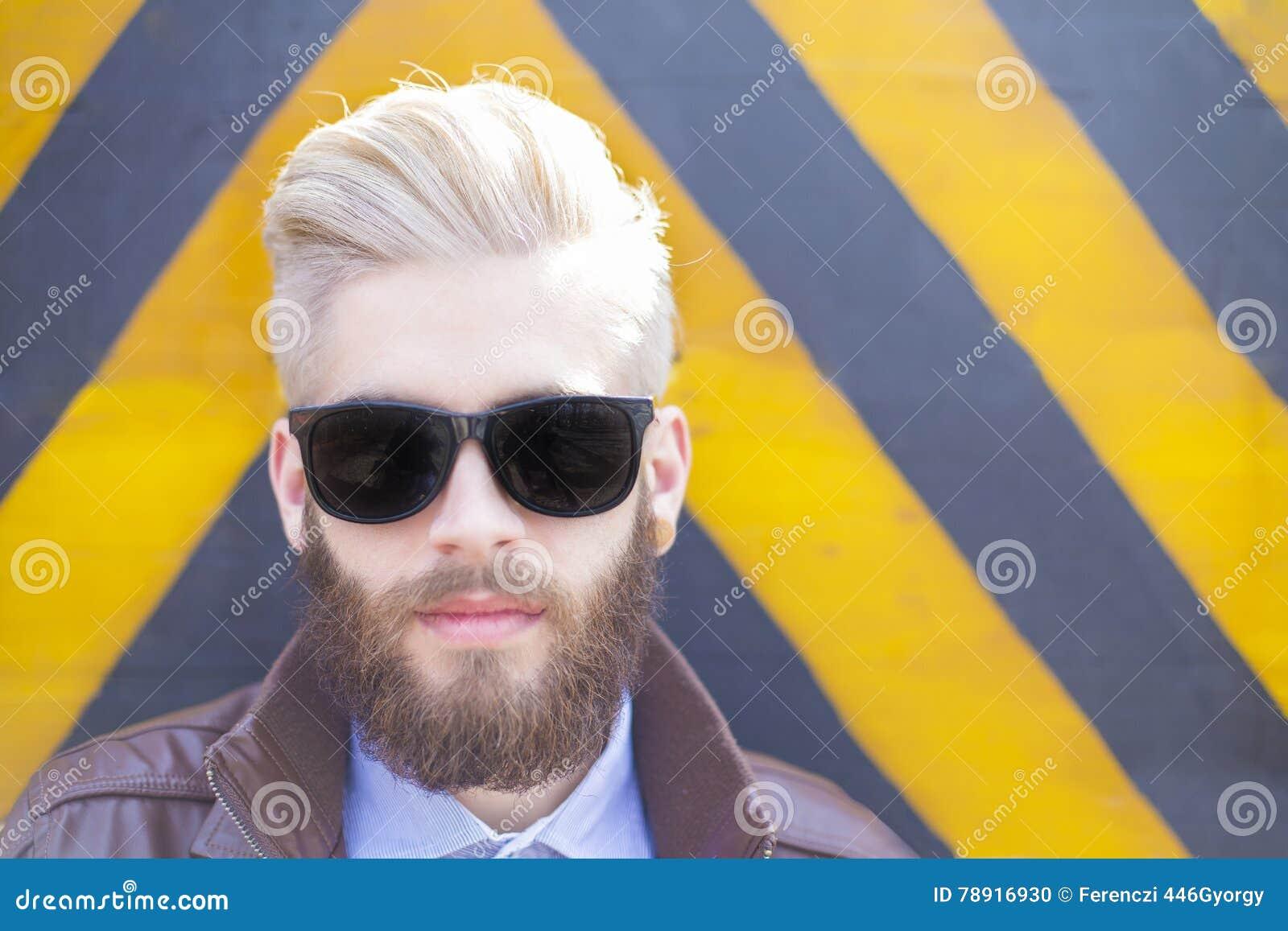 Homme de hippie dans des lunettes de soleil