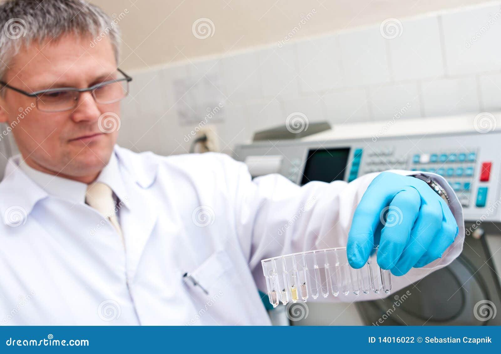 Homme de laboratoire avec des tubes à essai