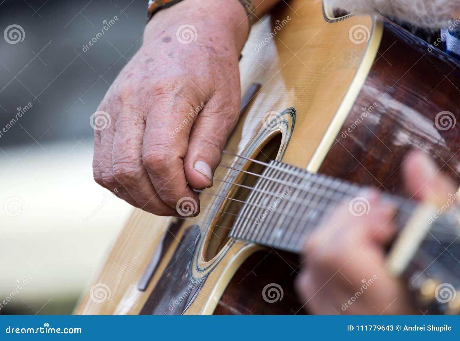 Homme de main jouant la guitare