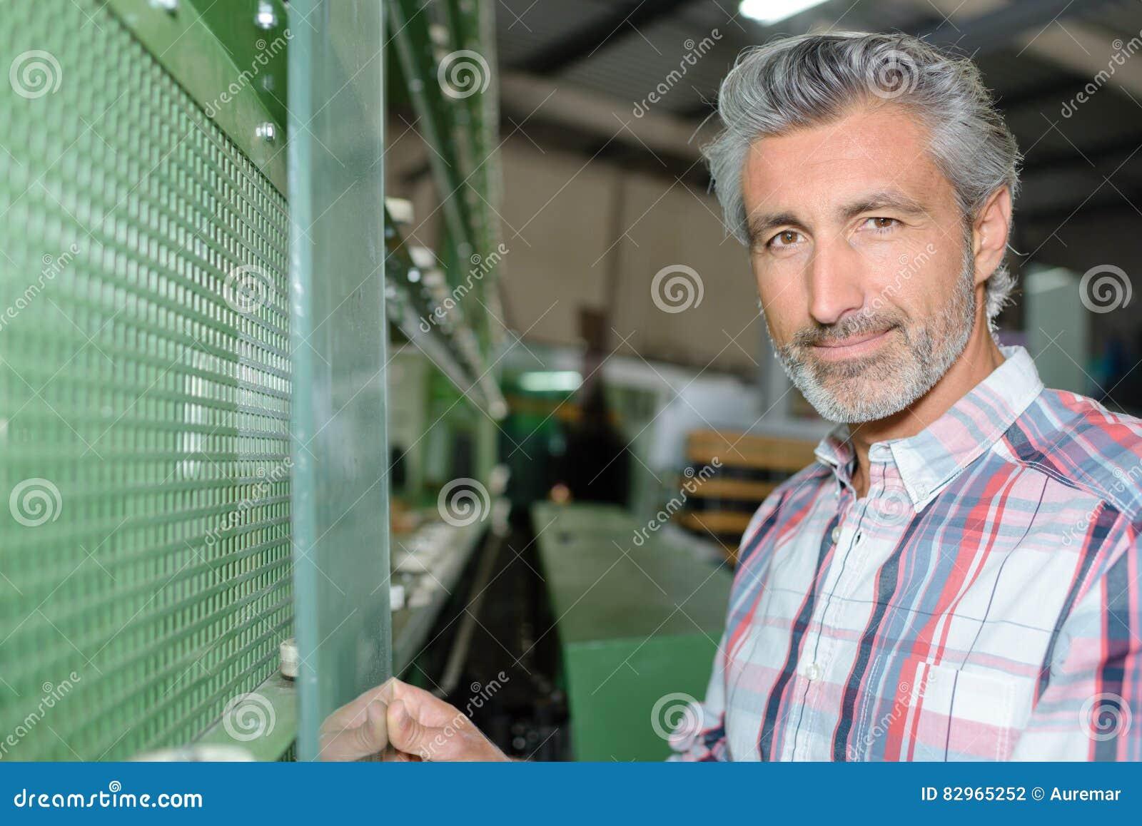Homme de portrait tenant le verre