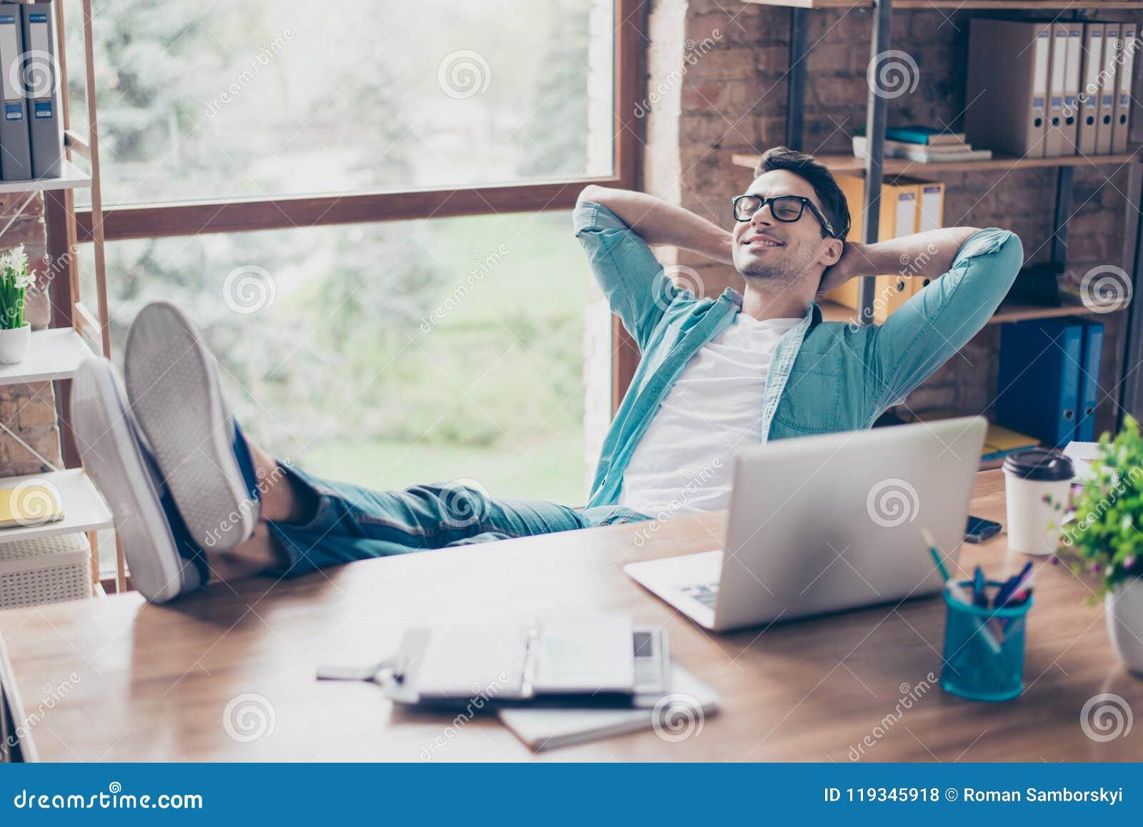 Homme de sourire calme heureux ayant un repos après solution de toutes les tâches