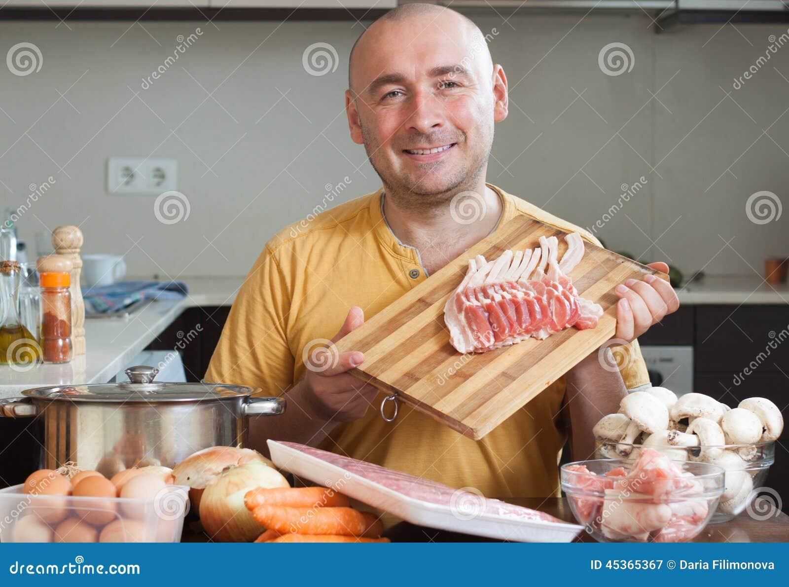 Homme de sourire dans la cuisine
