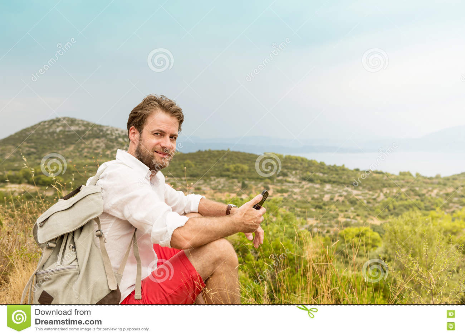 Homme de touristes faisant une pause tandis que voyage de montagne