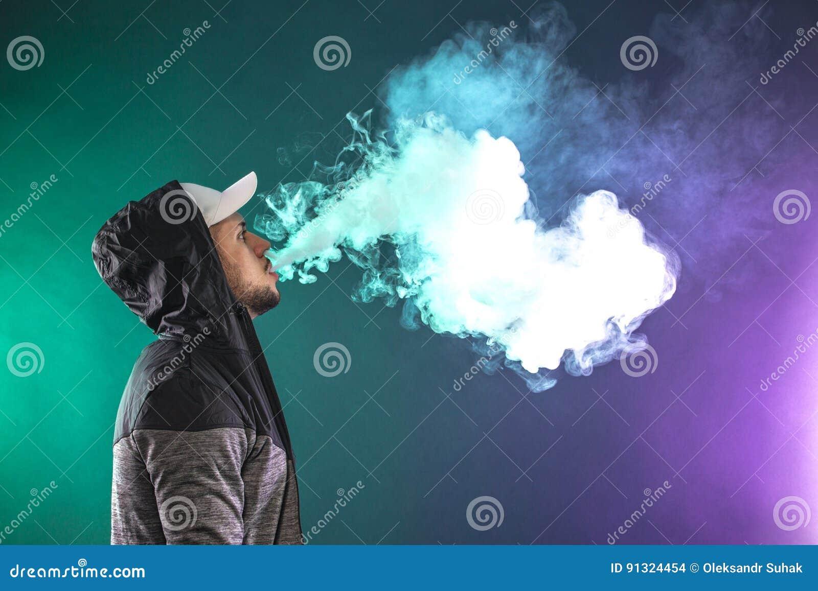 Homme de Vaping et un nuage de vapeur