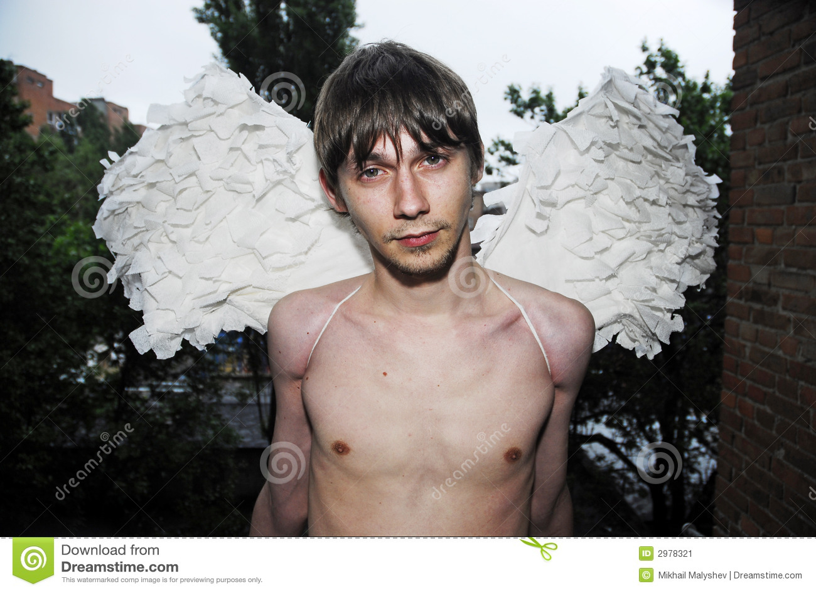 Homme de Yung avec les ailes 2