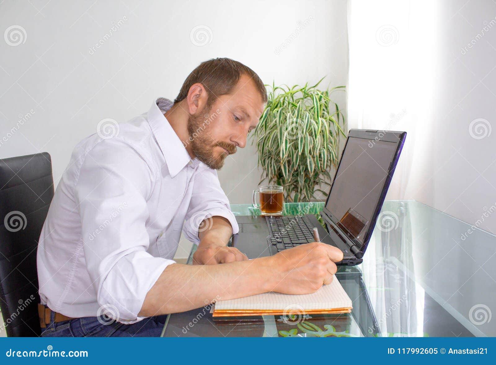 Homme derrière l ordinateur portable au travail