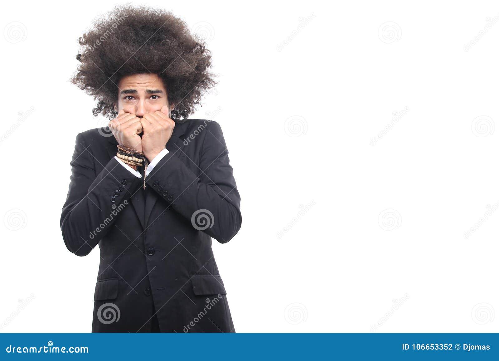 Homme devant un fond blanc faisant des expressions