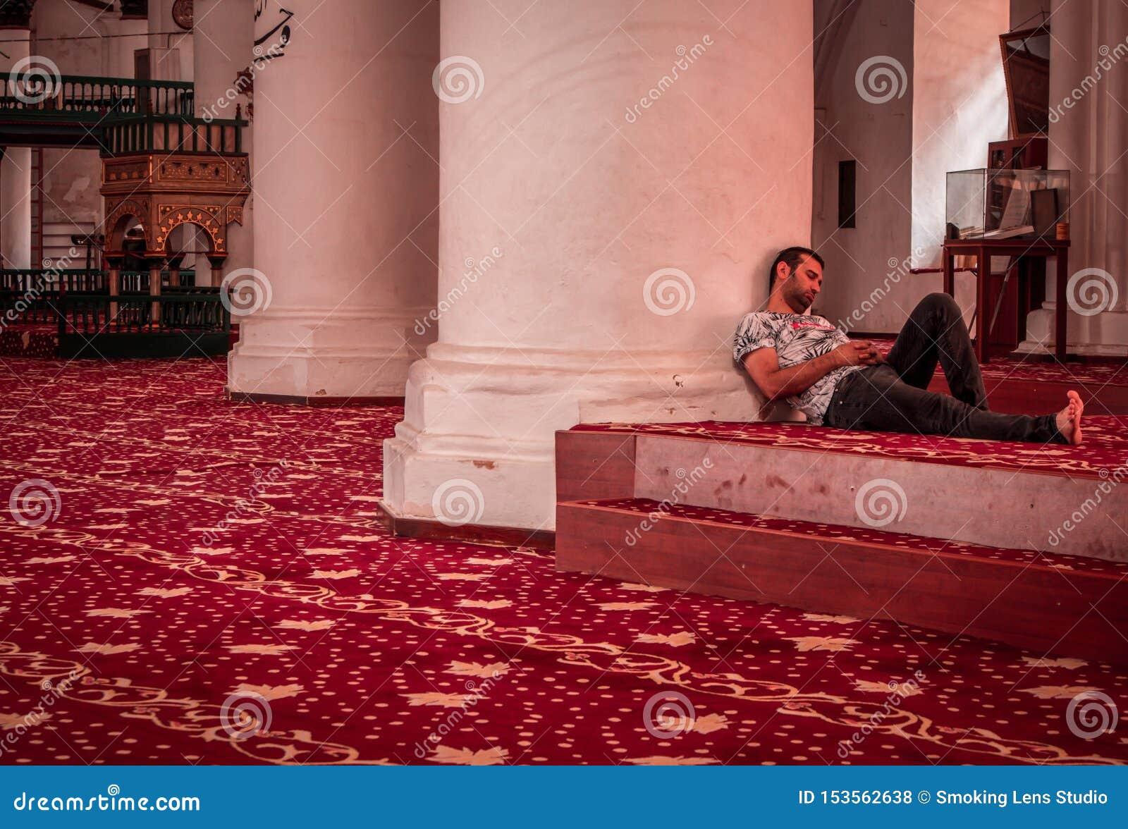Homme dormant dans une mosquée, port occasionnel