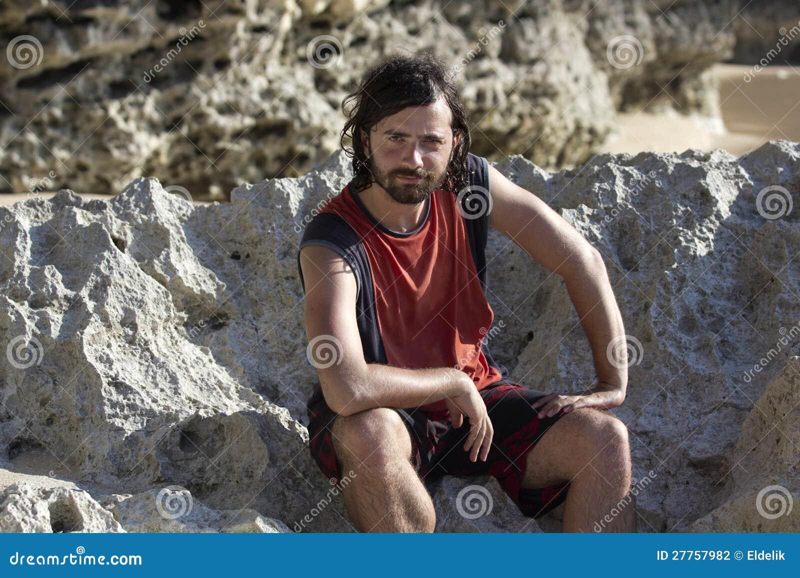 Homme drôle de visage à la plage