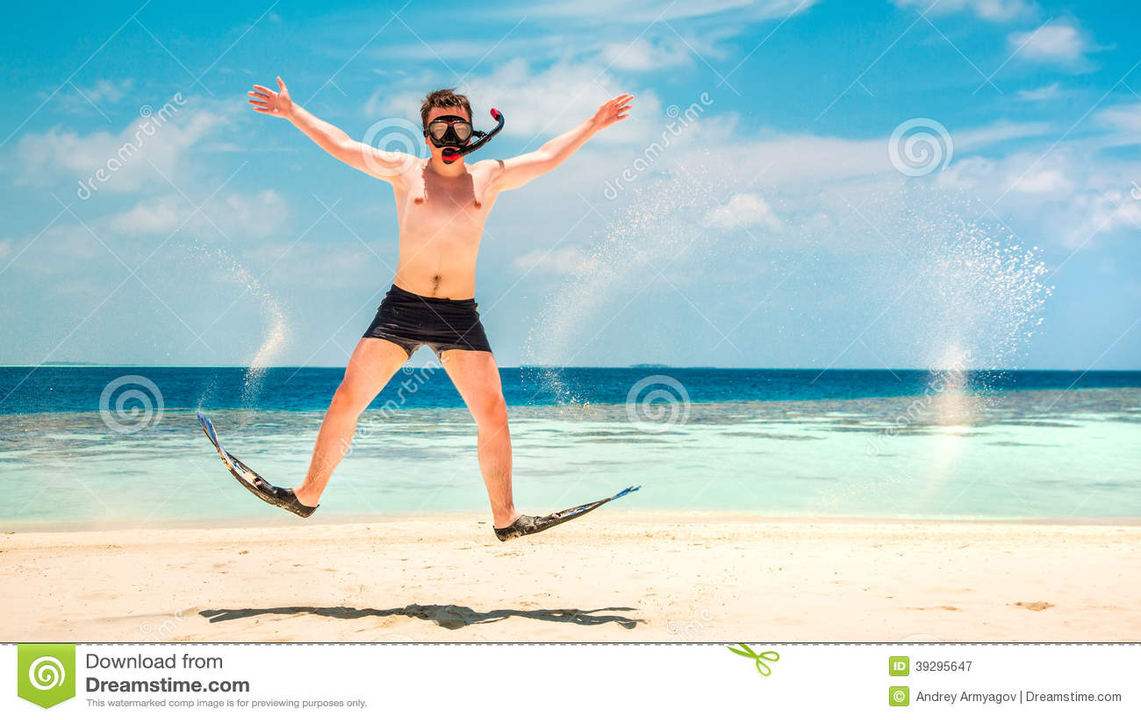 Homme drôle sautant dans les nageoires et le masque.