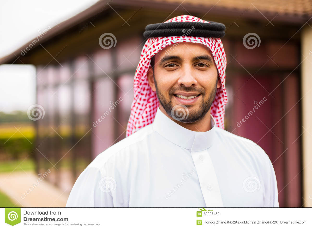 Download Homme Du Moyen-Orient Dehors Photo stock - Image du confiant, pose: 63087450