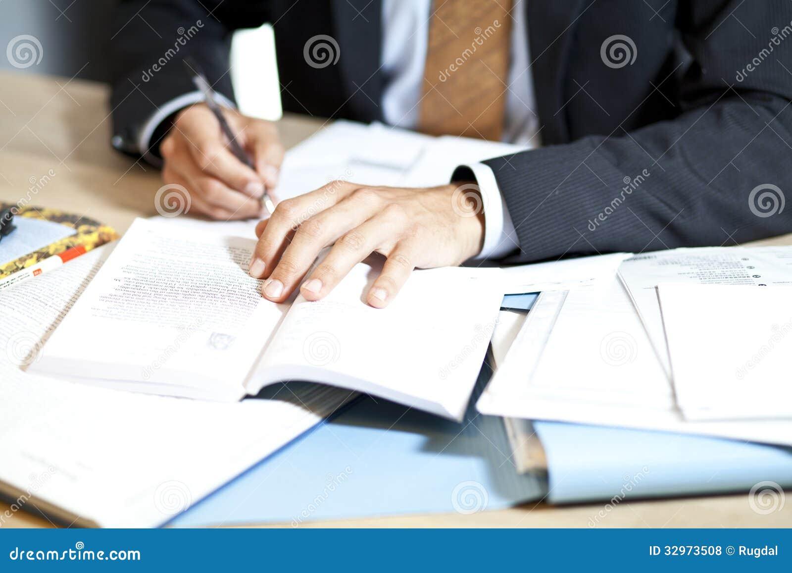 Homme dur au travail au bureau photos libres de droits image 32973508 for Photos gratuites travail bureau