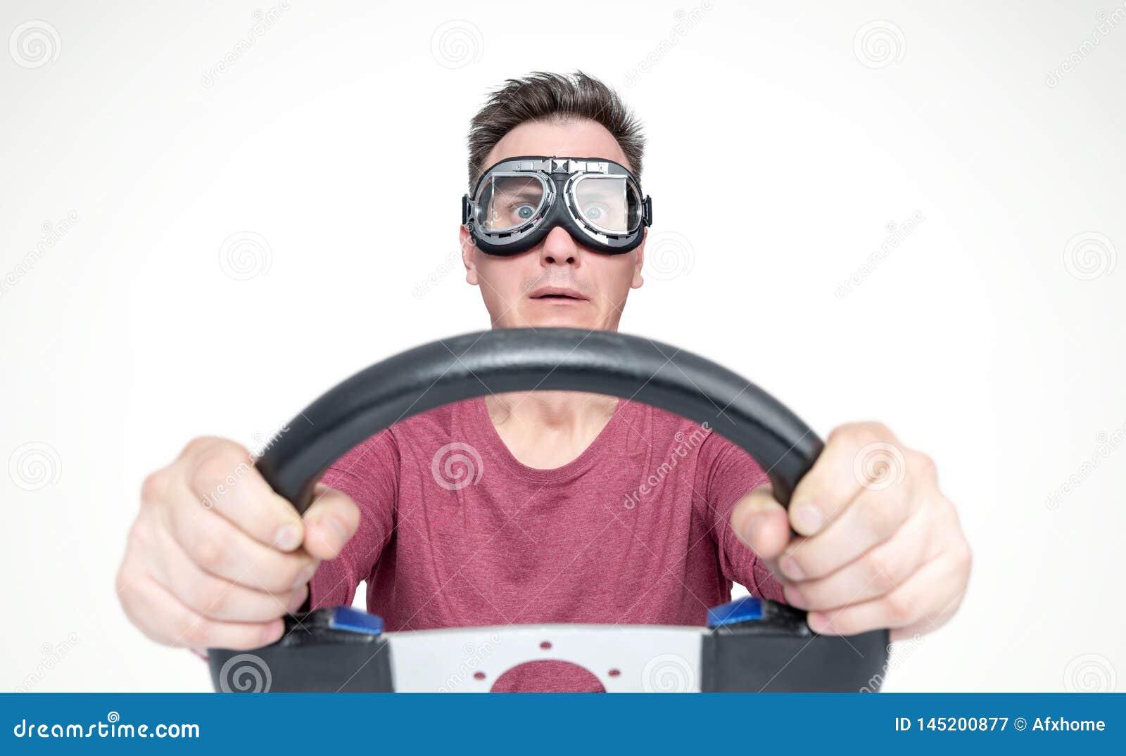Homme effray? avec la bouche ouverte dans les lunettes ?l?gantes avec le volant, concept de conducteur de voiture Front View
