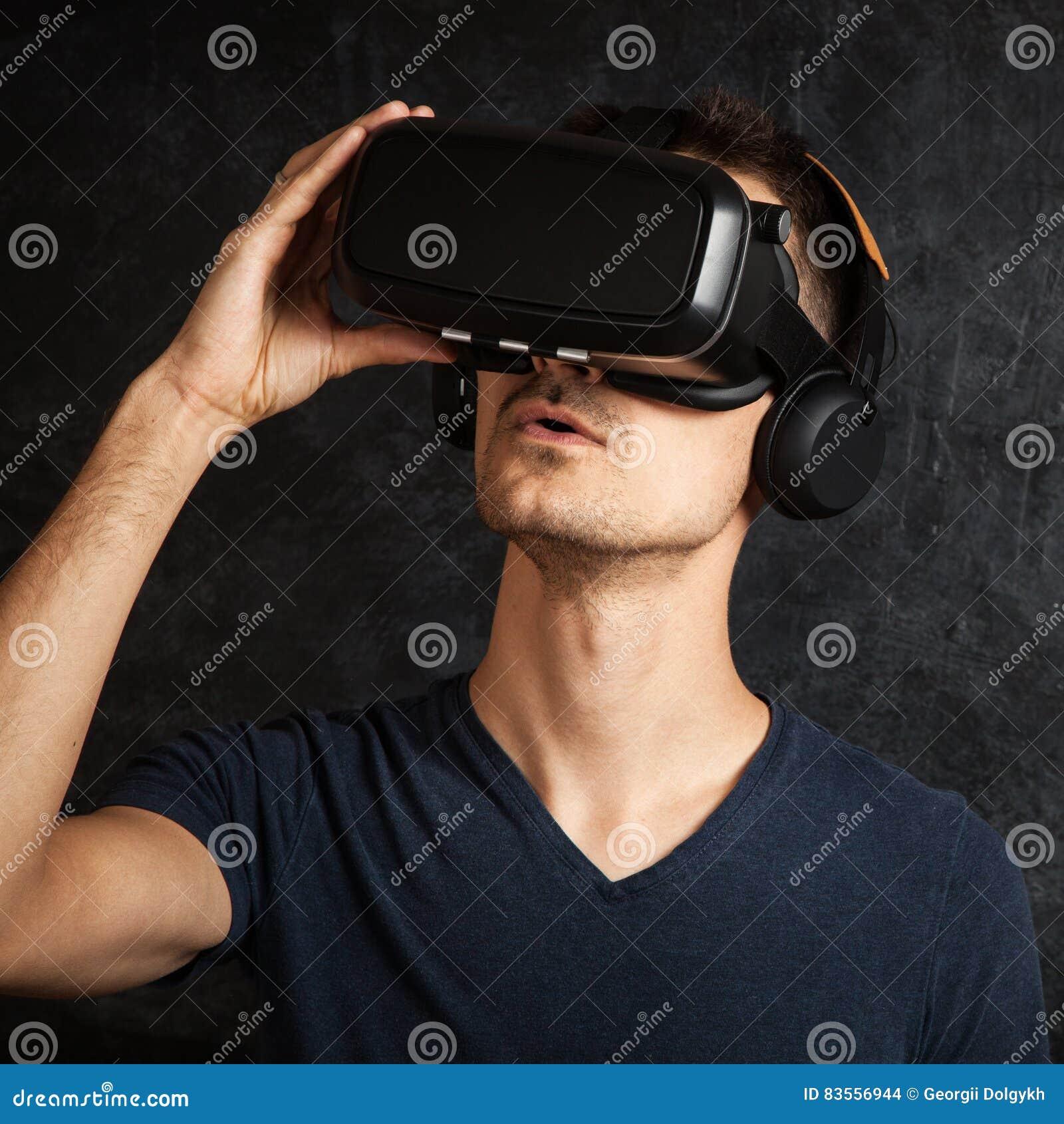 689da7a9cbd Homme Employant Des Lunettes De VR Photo stock - Image du simulation ...