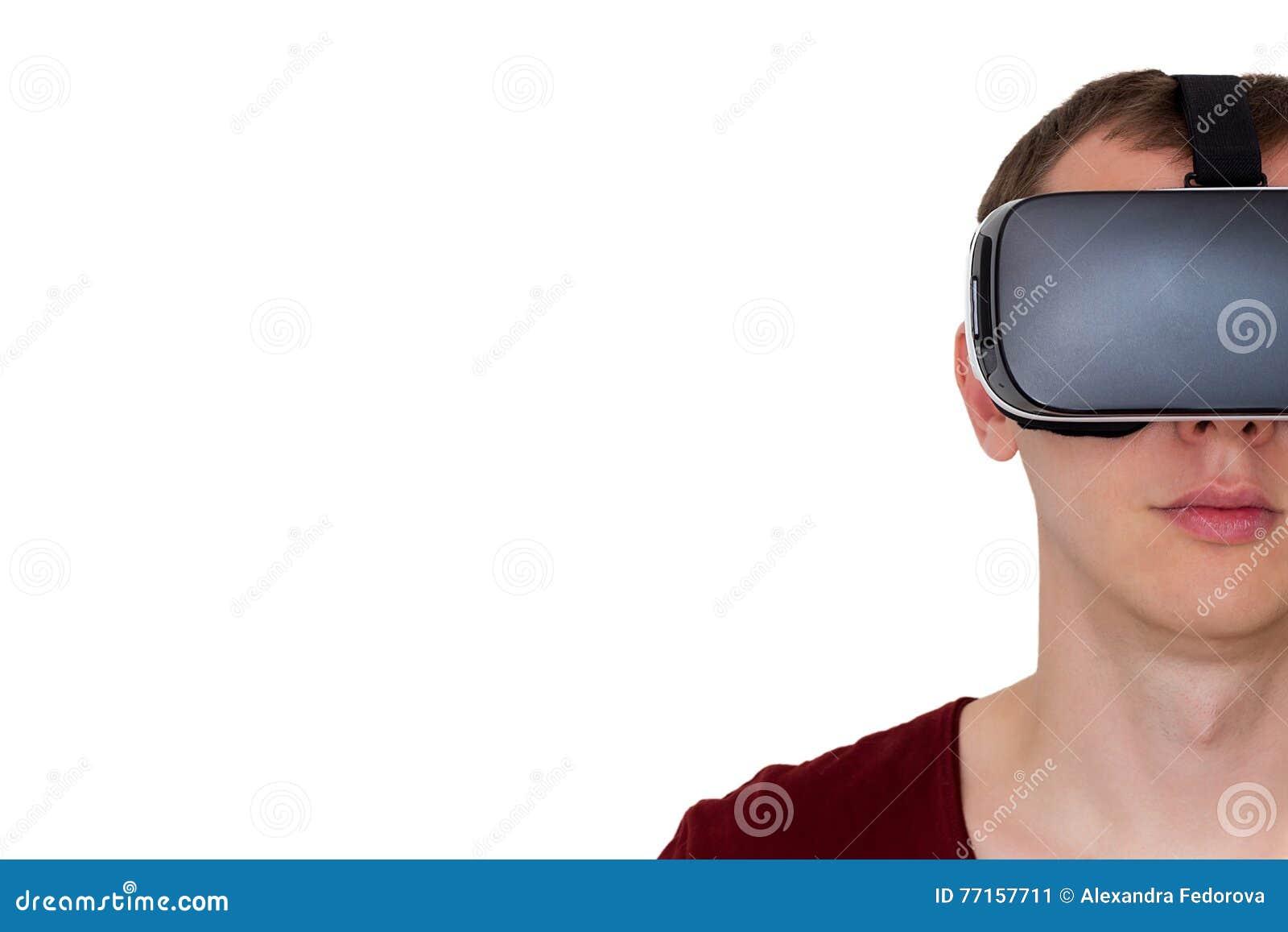 Homme employant la vue de face en verre de réalité virtuelle