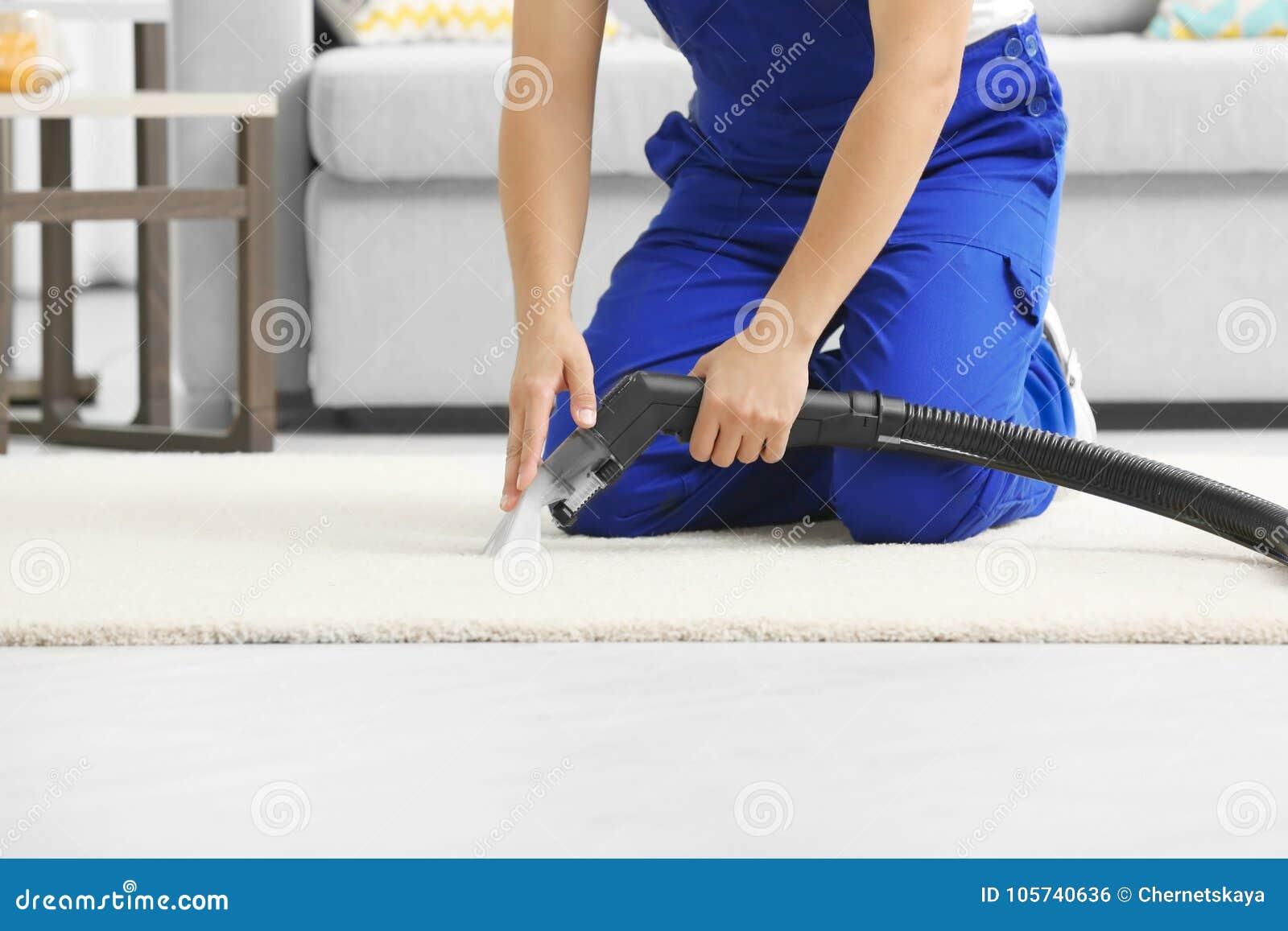 Homme employant le décapant de vapeur de vapeur