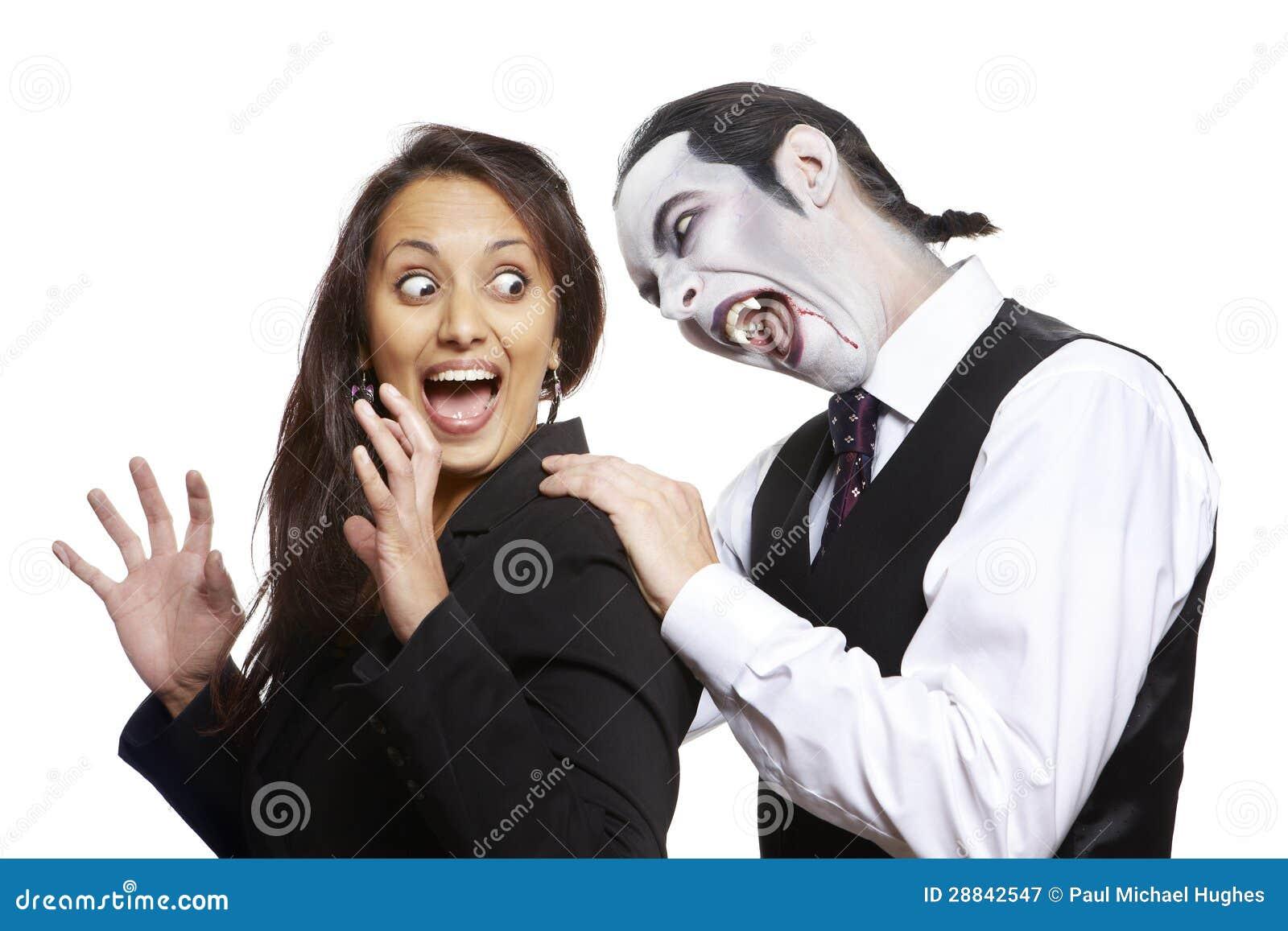 Homme en cou mordant de filles de costume costumé de Dracula