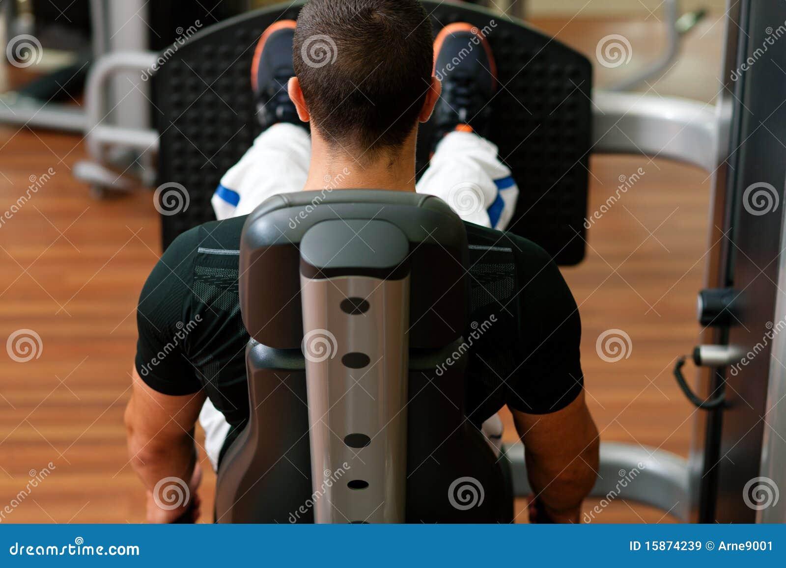 Homme en gymnastique sur l exercice de machine