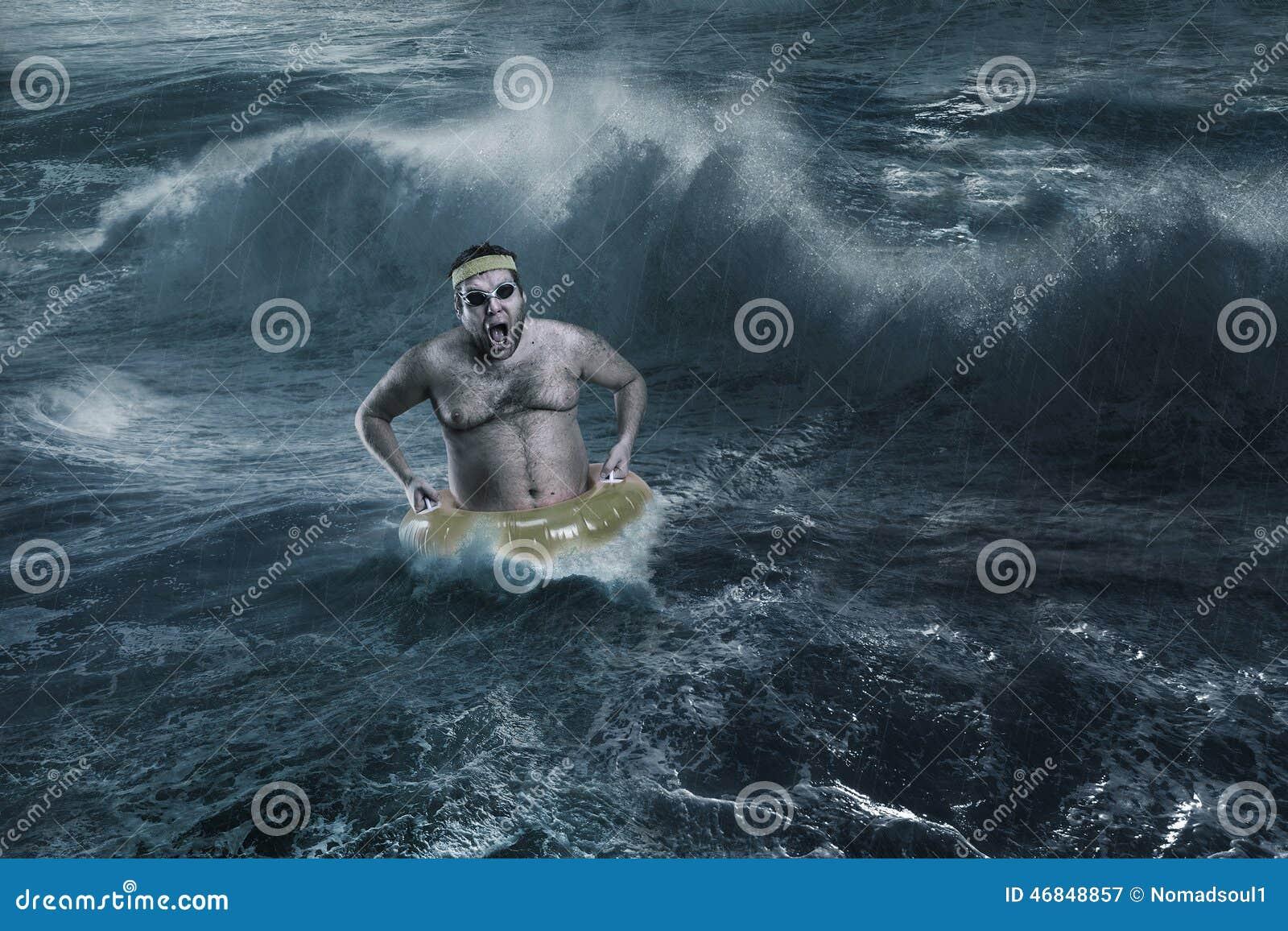 Homme en mer tout en fulminant