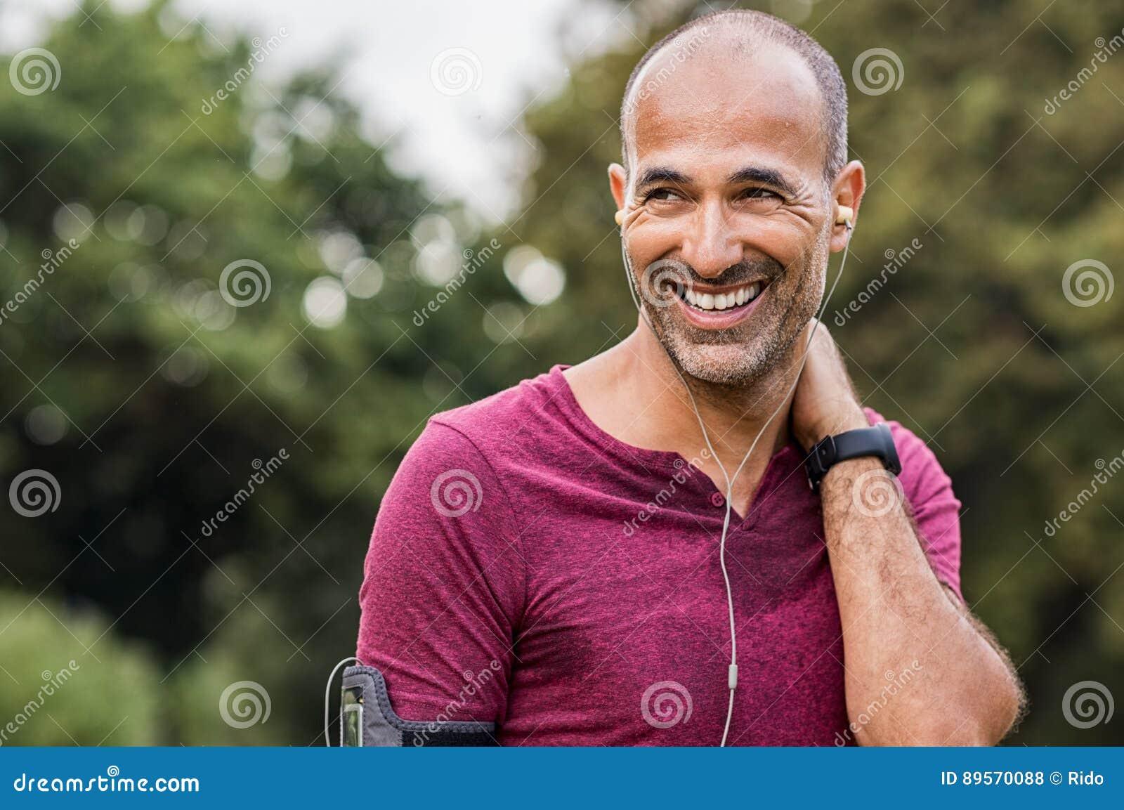 Homme en sueur se reposant après exercice