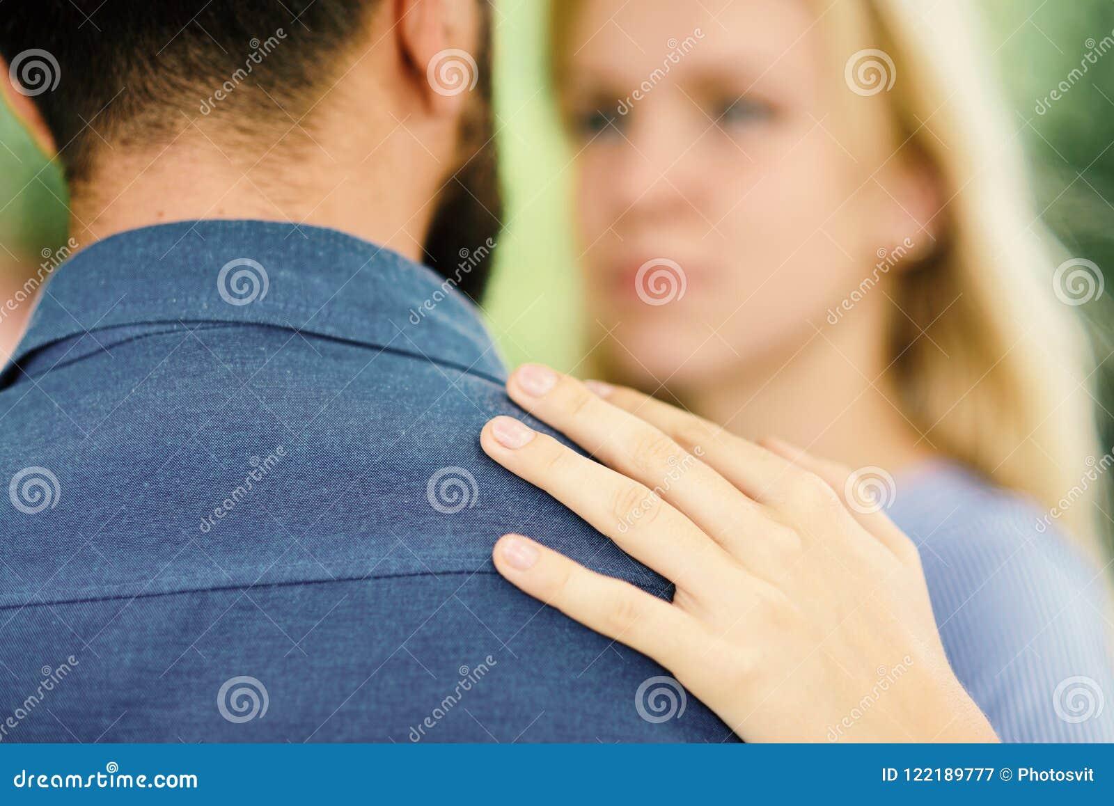 Homme en tant que le soutien et protection de femme La fille étreint l homme barbu, a mis la main sur son épaule