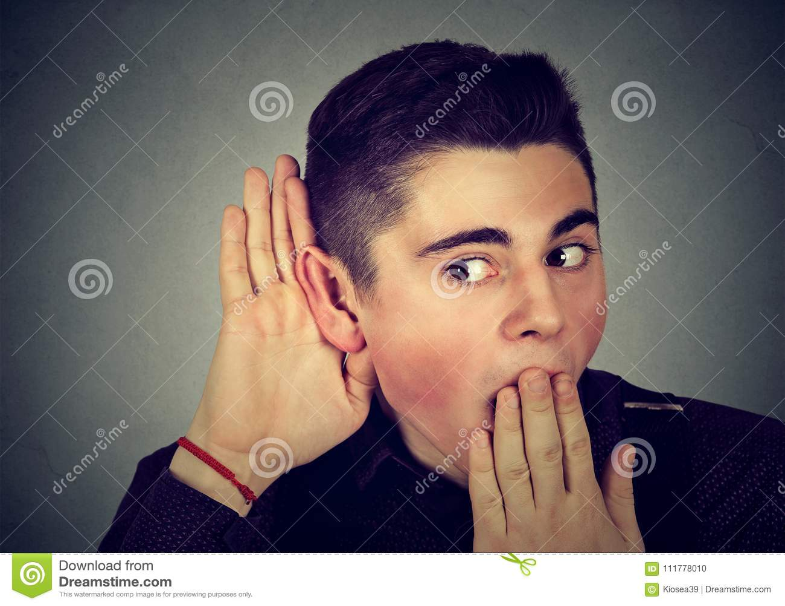 Homme enthousiaste écoutant des rumeurs
