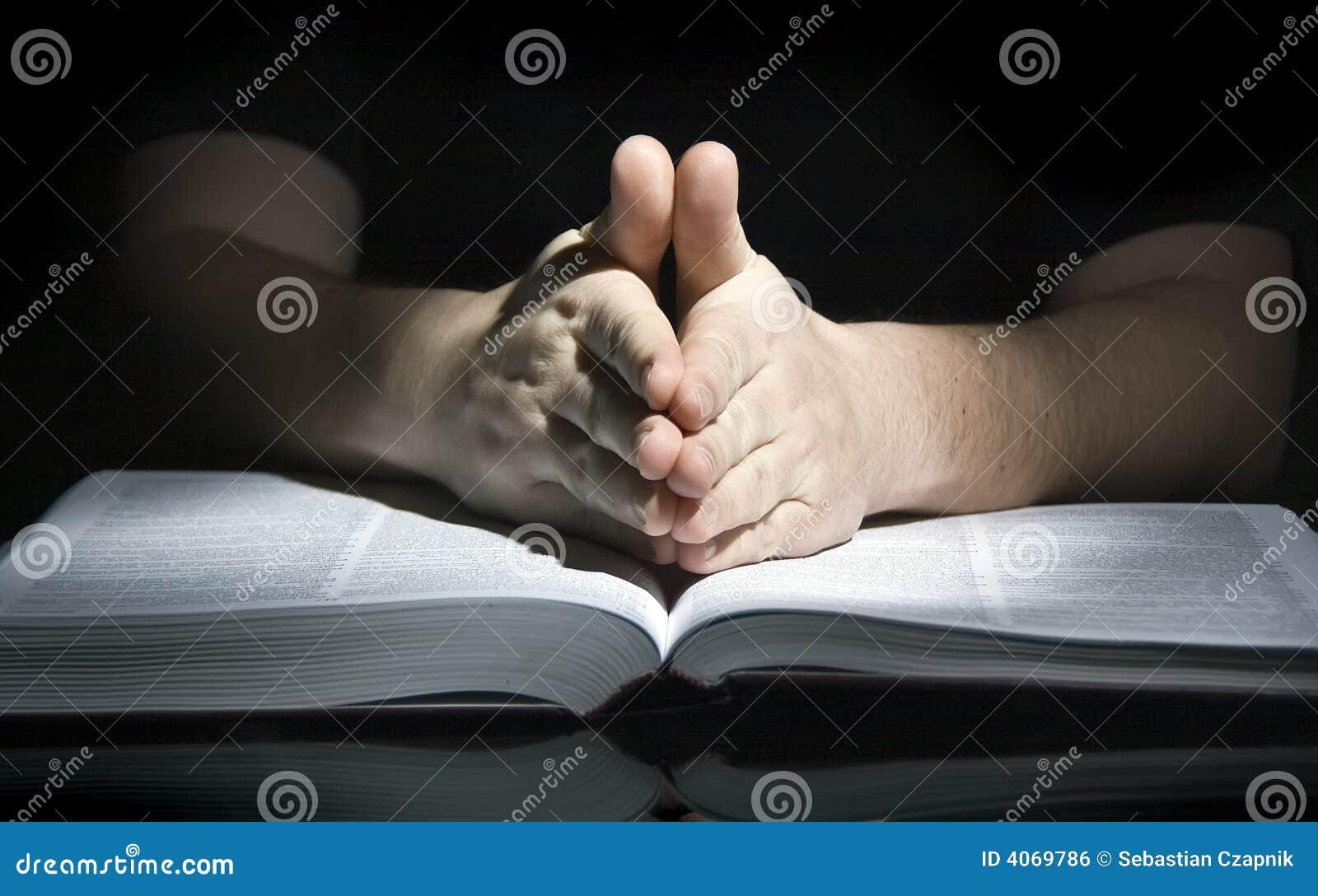 Homme et bible de prière