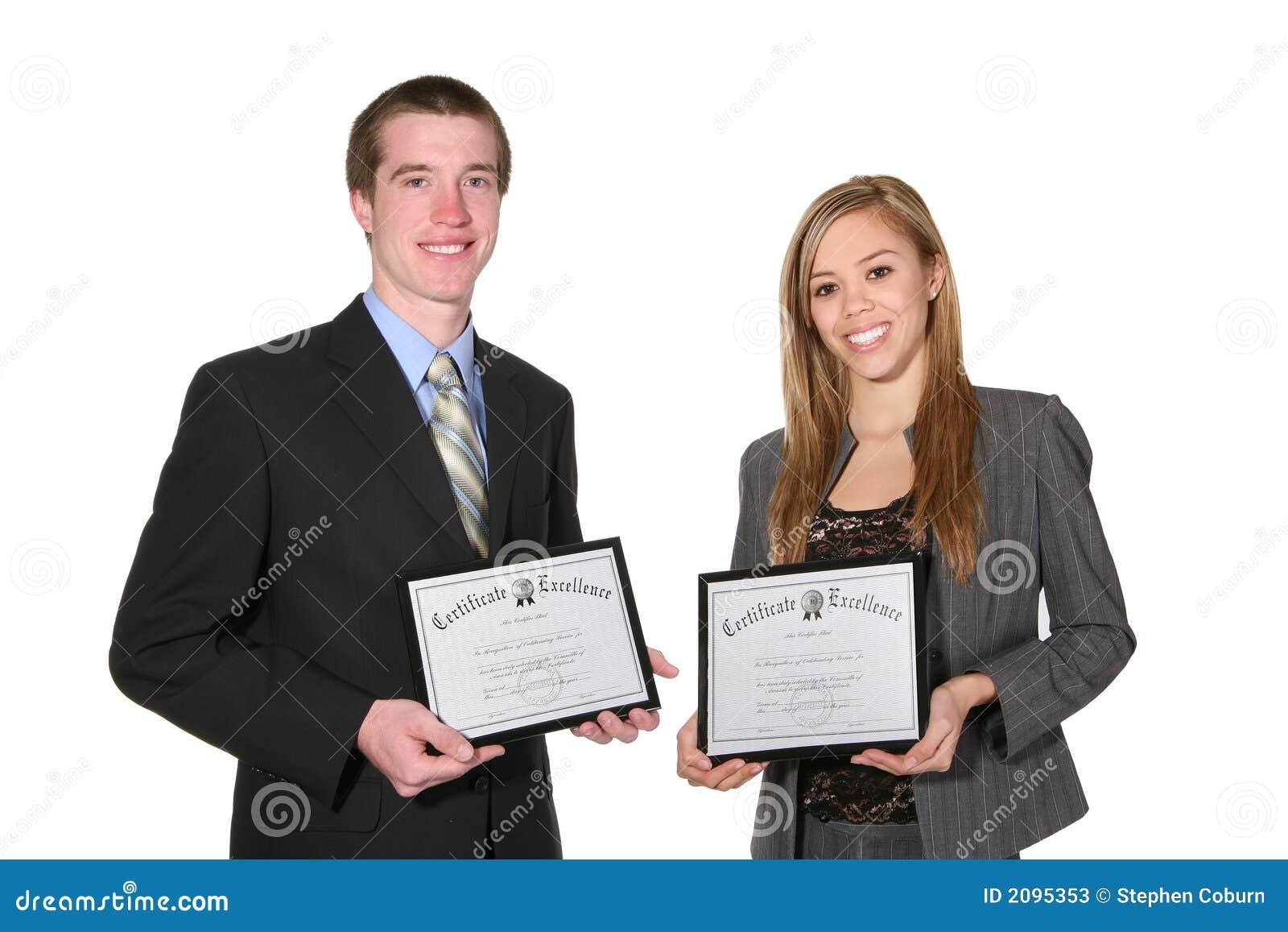 Homme et femme avec des certificats