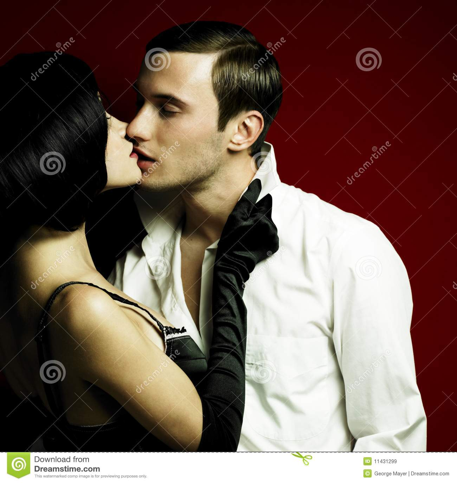 Homme et femme dans des vêtements sexuels