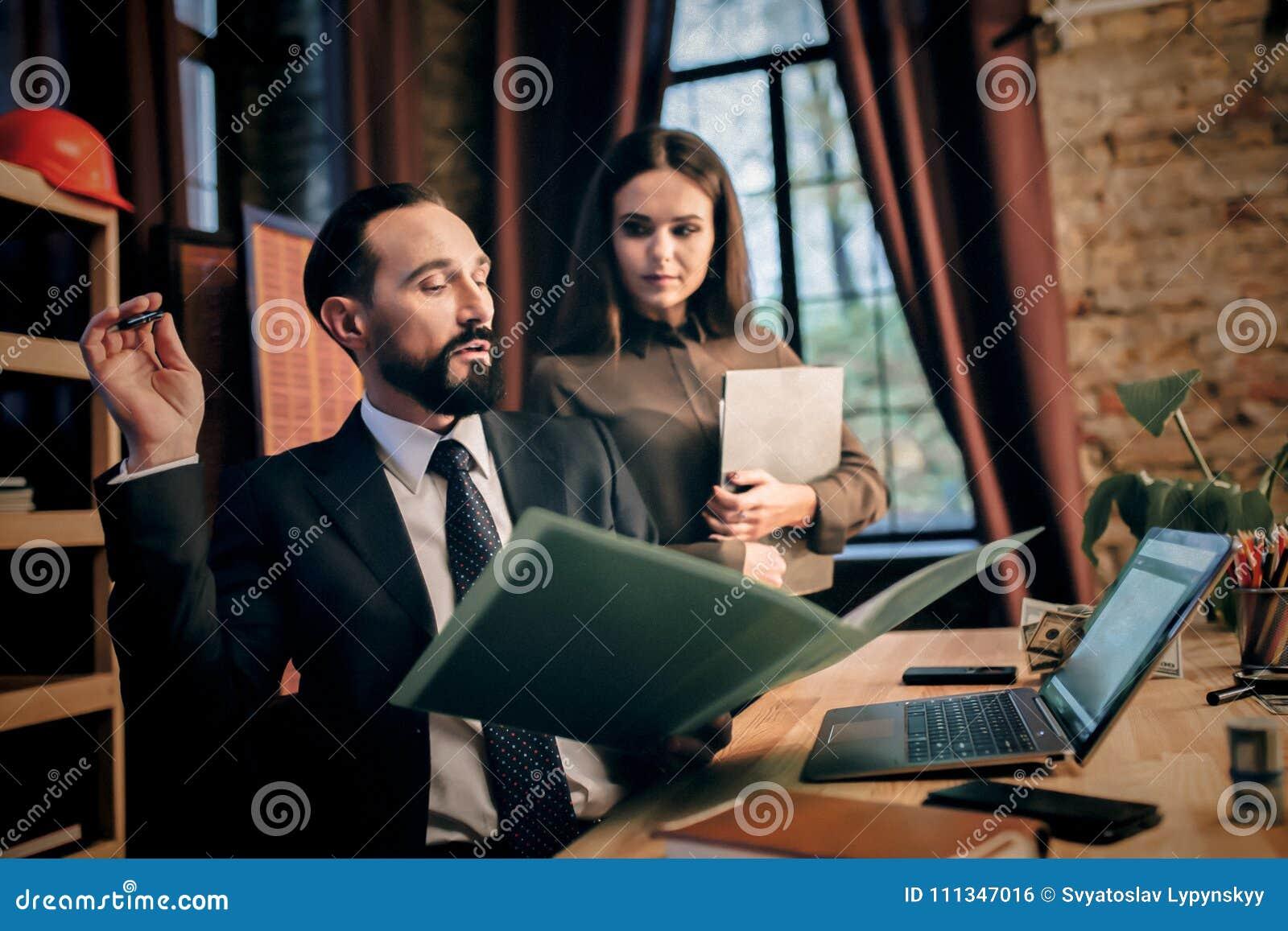 Homme et femme dans le bureau pour discuter le cas photo stock