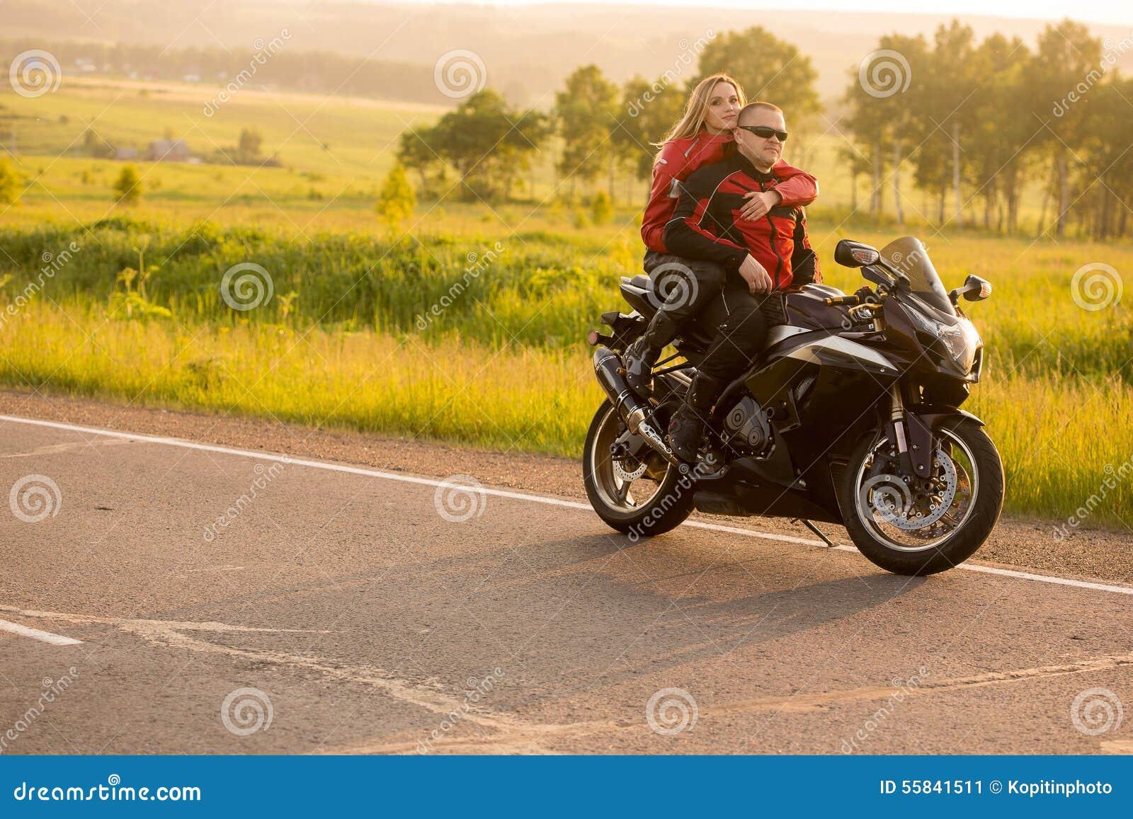 homme et femme de motard s 39 asseyant sur une moto image stock image du voyage people 55841511. Black Bedroom Furniture Sets. Home Design Ideas