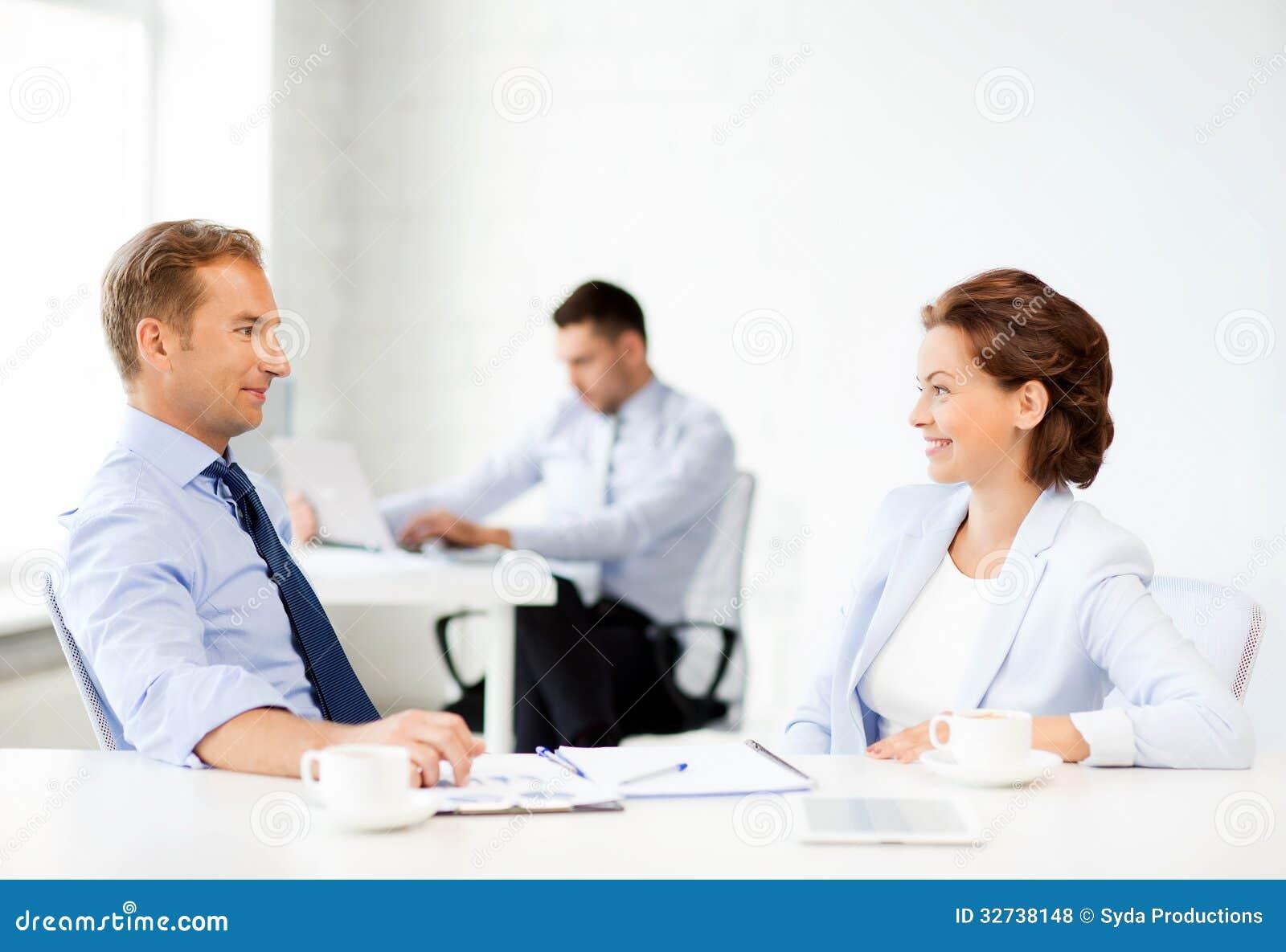homme et femme discutant quelque chose dans le bureau photo stock image 32738148. Black Bedroom Furniture Sets. Home Design Ideas