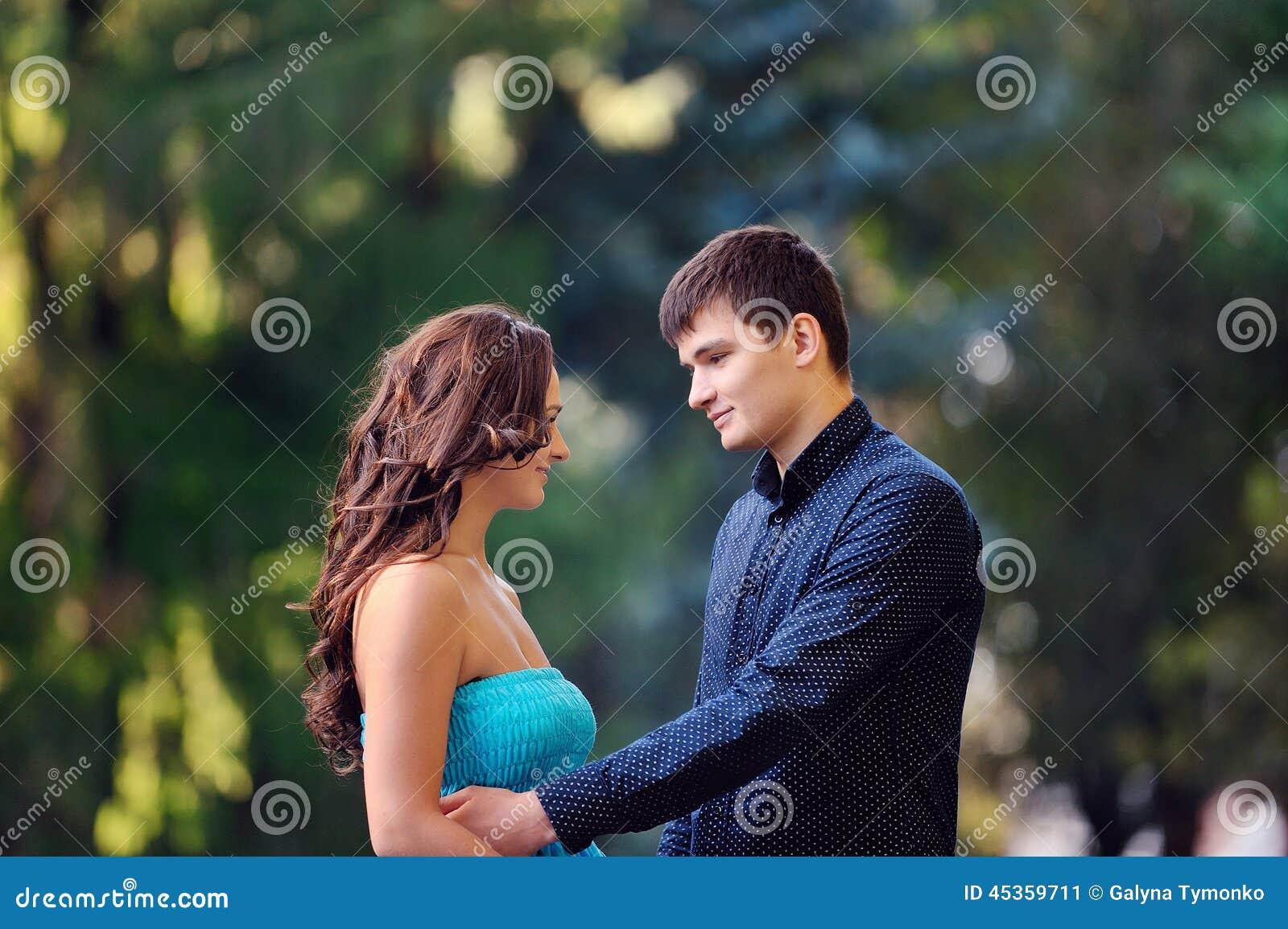 Homme et femme en parc