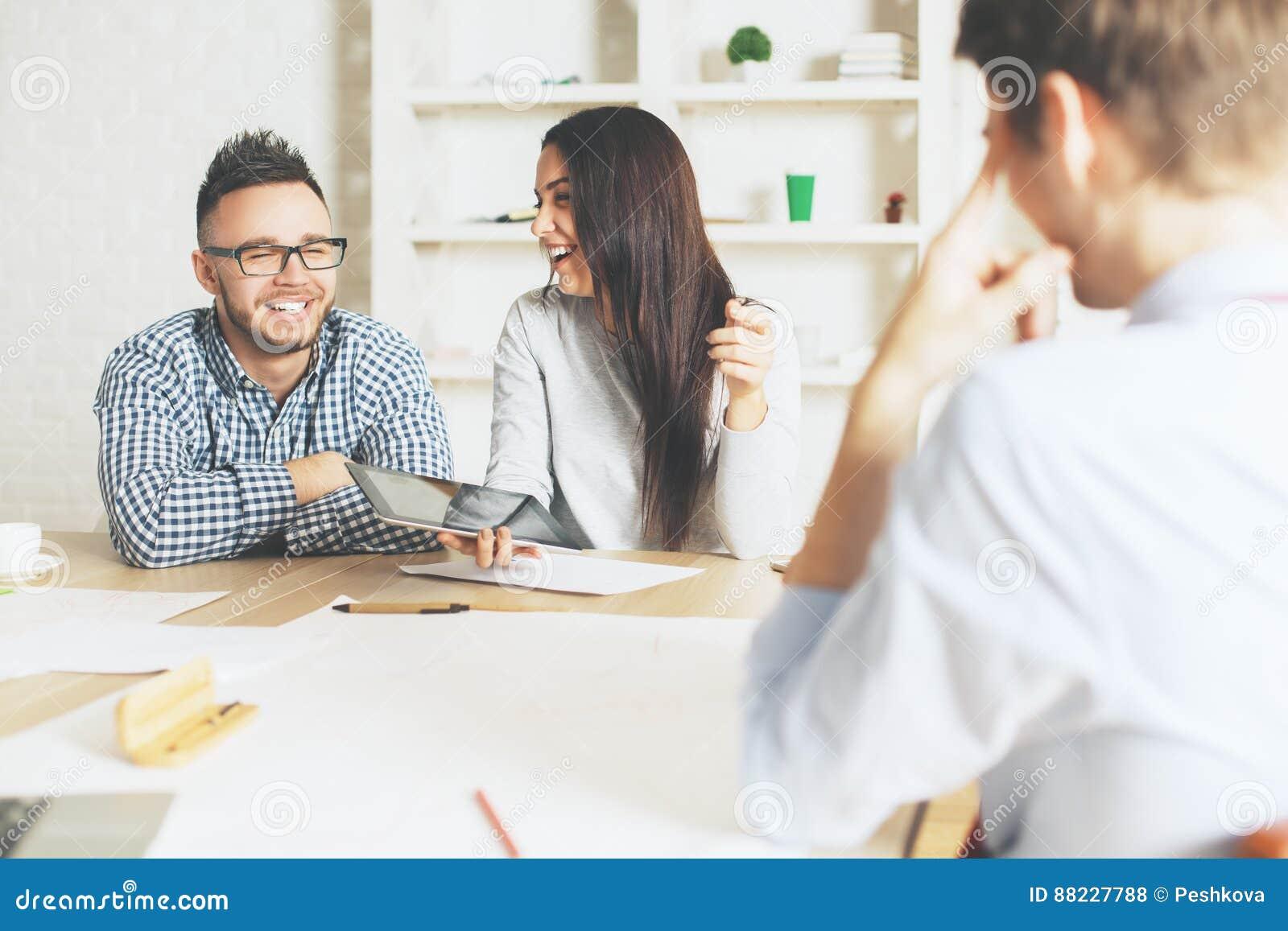 Homme et femme interviewés pour un travail