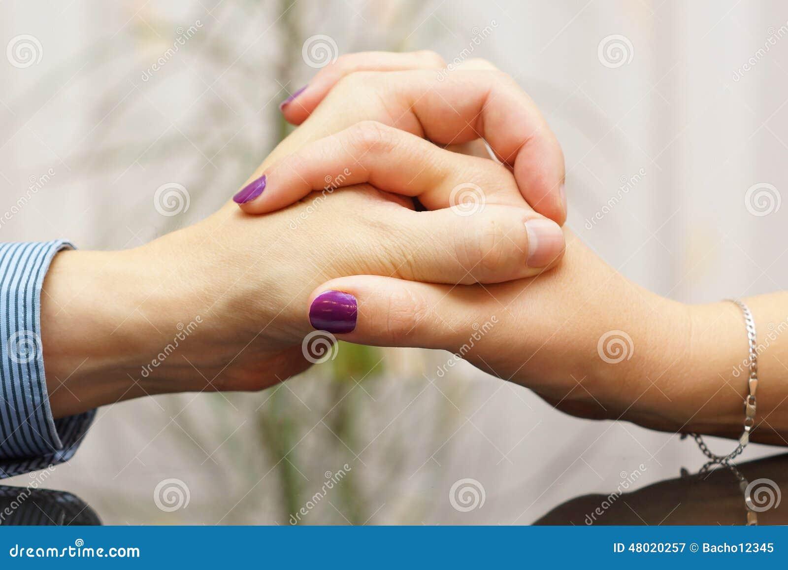 homme et femme montrant l 39 amour et le soin entre eux avec des mains image stock image 48020257. Black Bedroom Furniture Sets. Home Design Ideas