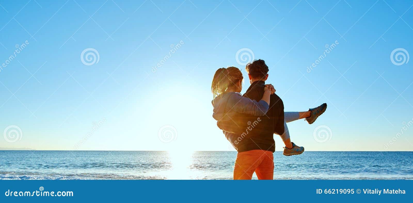 Homme et femme sur la plage