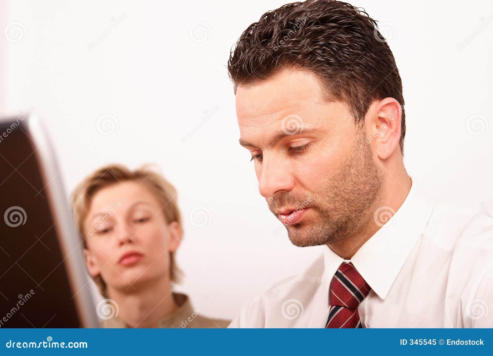 Homme et femme travaillant avec l ordinateur portatif