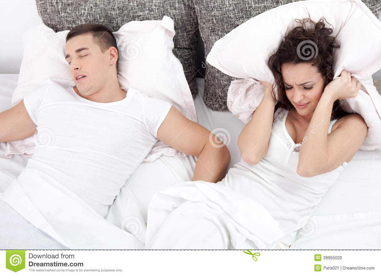 homme et jeune femme de ronflement couples dormant dans le lit photo stock image 39955020. Black Bedroom Furniture Sets. Home Design Ideas
