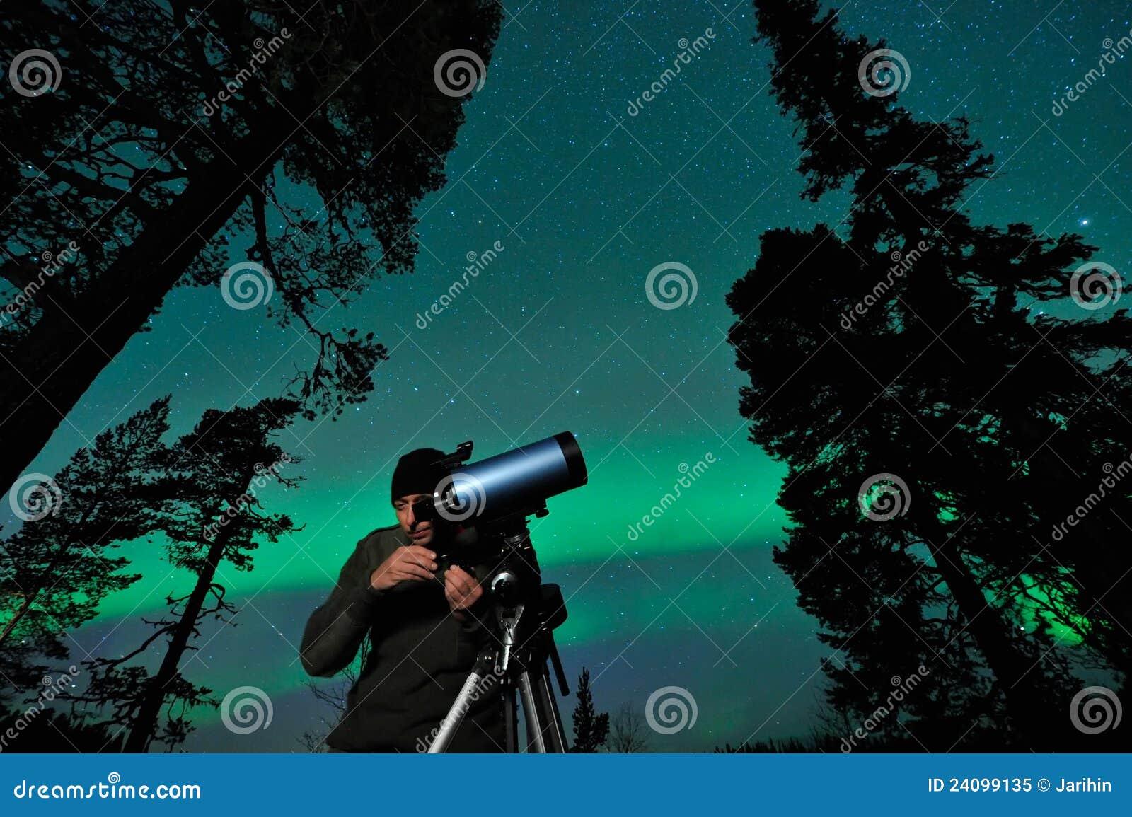 Homme et télescope