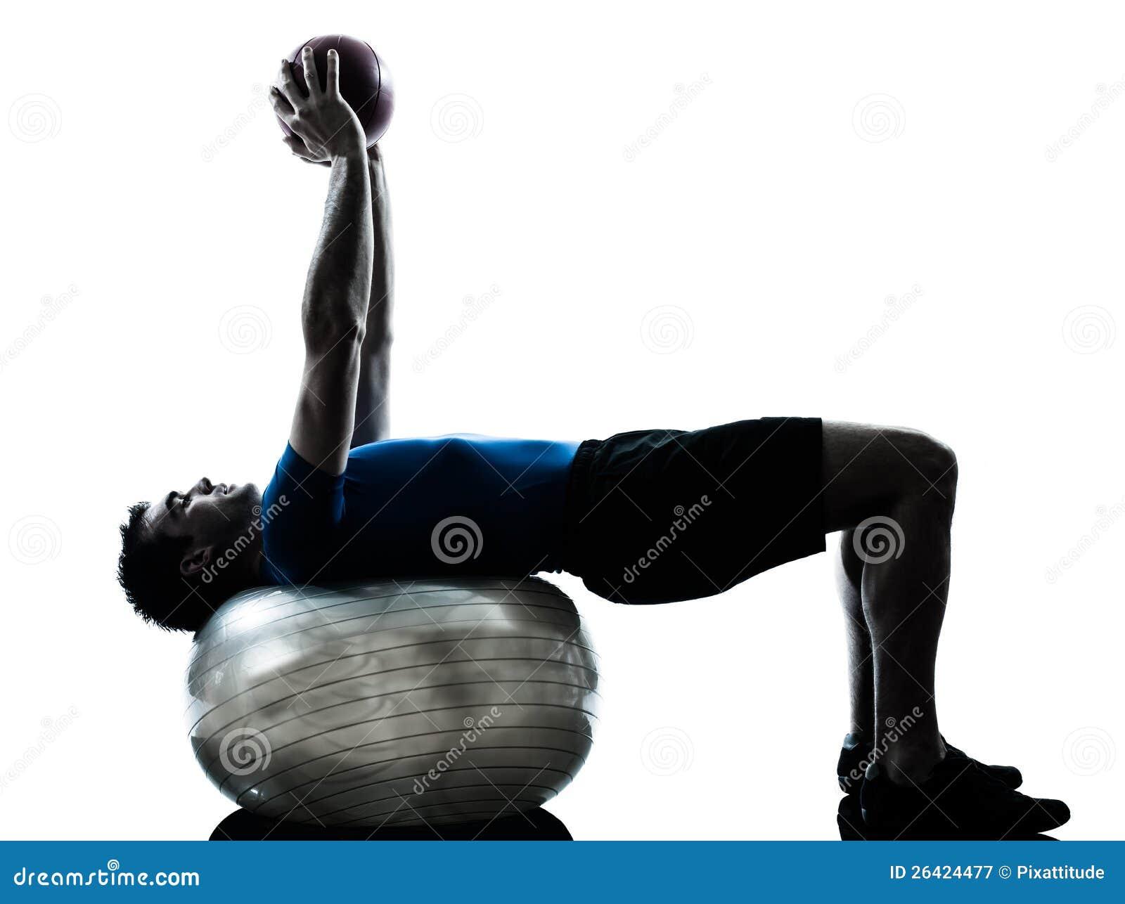 Homme exerçant le maintien de bille de forme physique de séance d entraînement