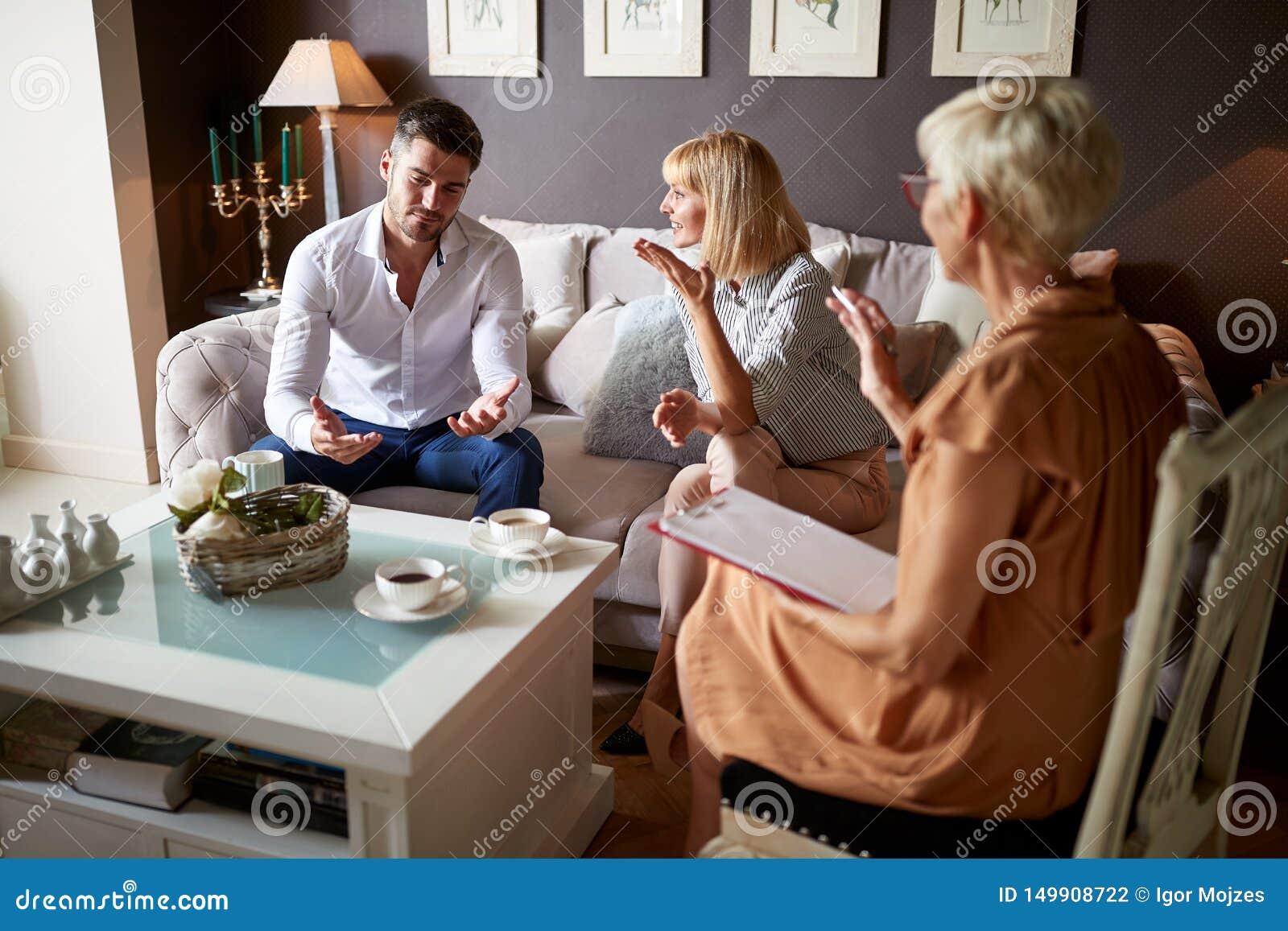 Homme expliquant son problème matrimonial au psychologue