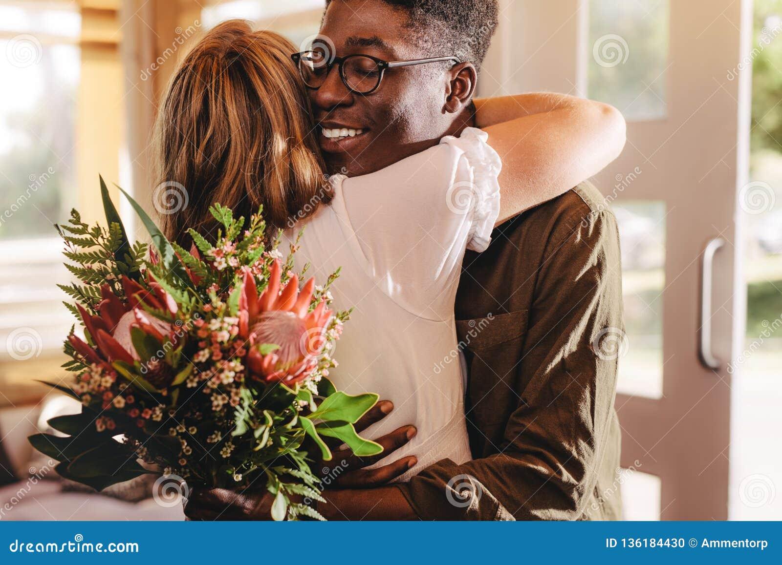 Homme exprimant son amour pour son amie la date