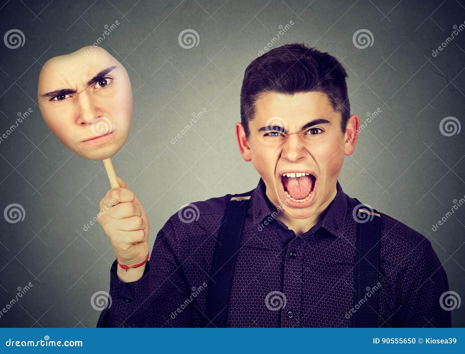 Homme fâché enlevant le masque avec l expression grincheuse de visage