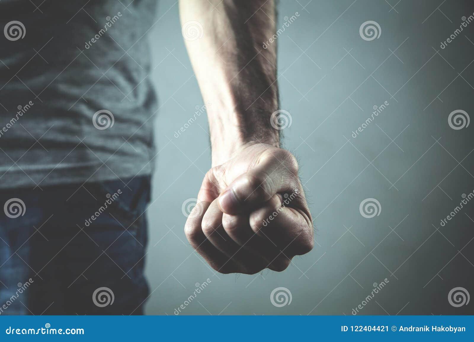 Homme fâché et agressif caucasien menaçant par le poing
