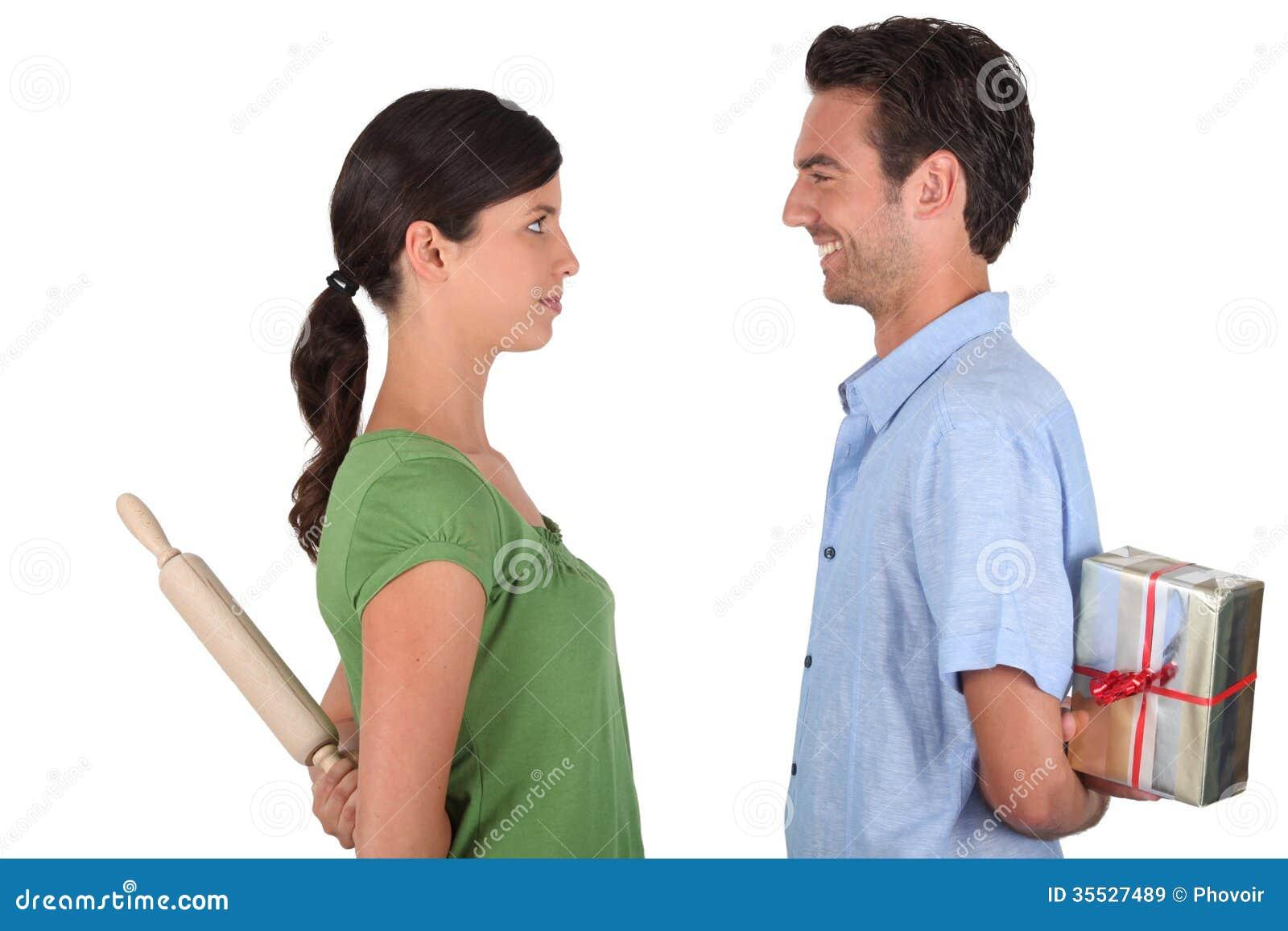 Homme faisant des excuses à la femme