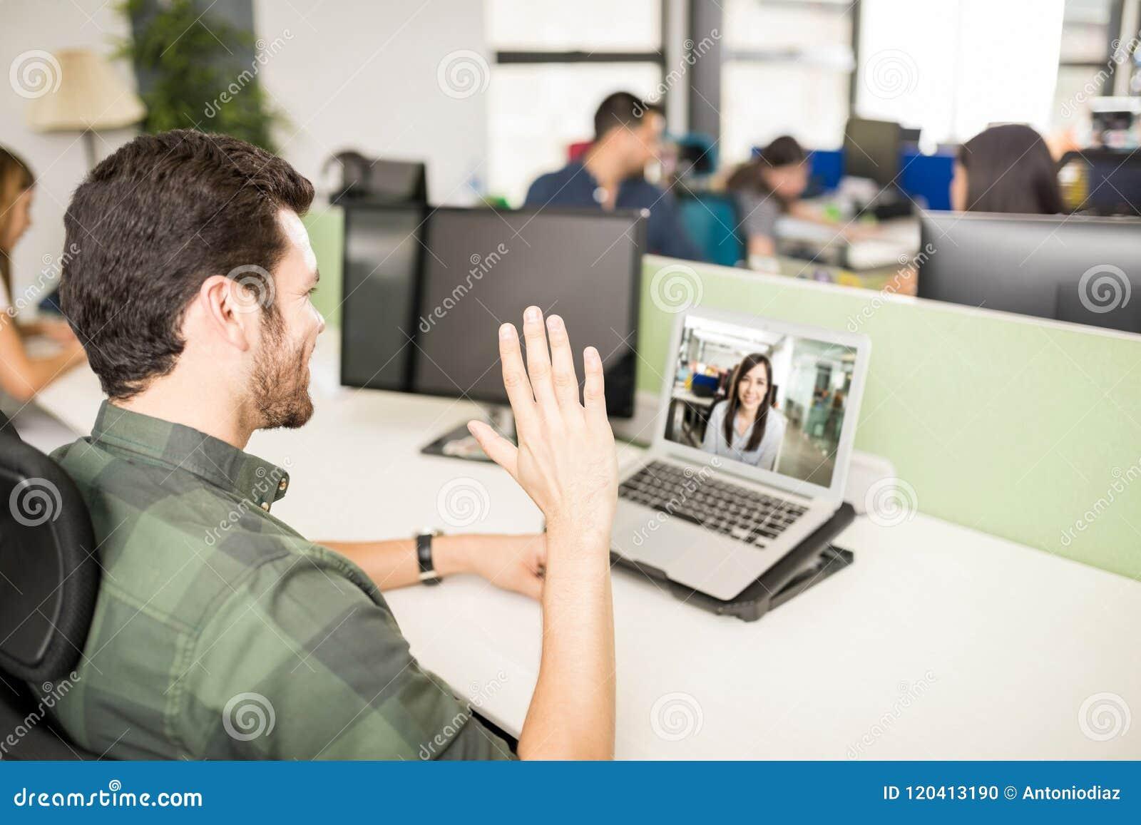 Homme faisant l appel visuel avec l ordinateur portable dans le bureau