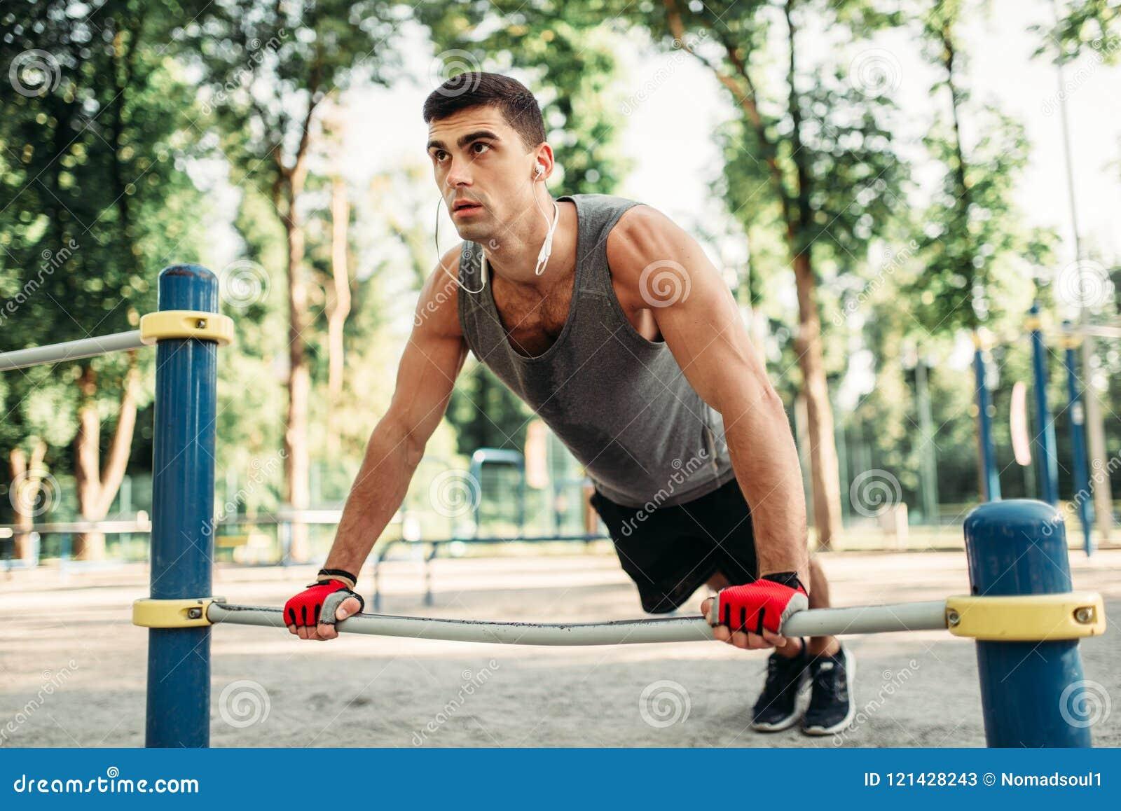 Homme faisant l exercice de pompe utilisant la barre horizontale