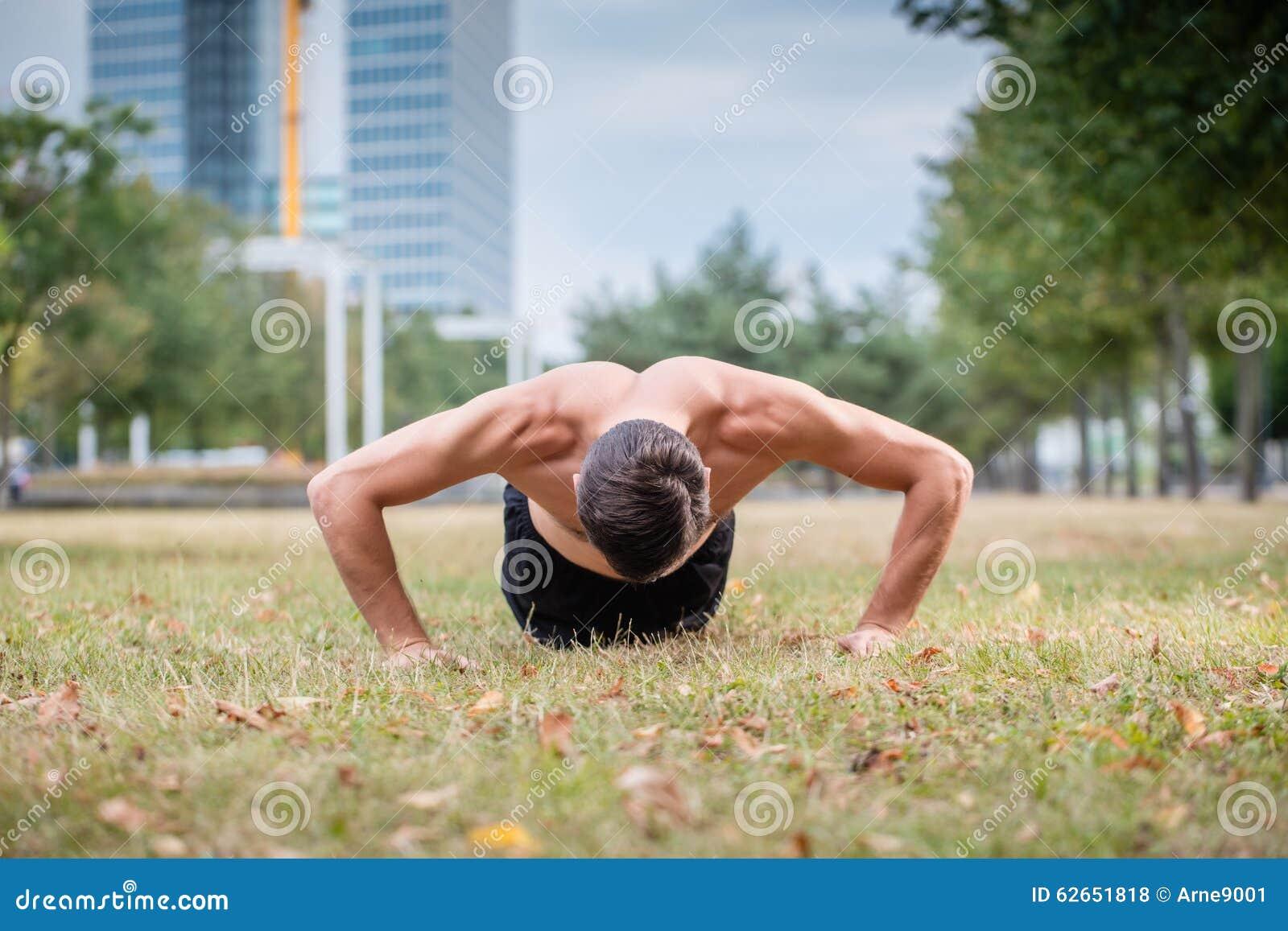 Homme faisant la pompe comme sport pour une meilleure forme physique