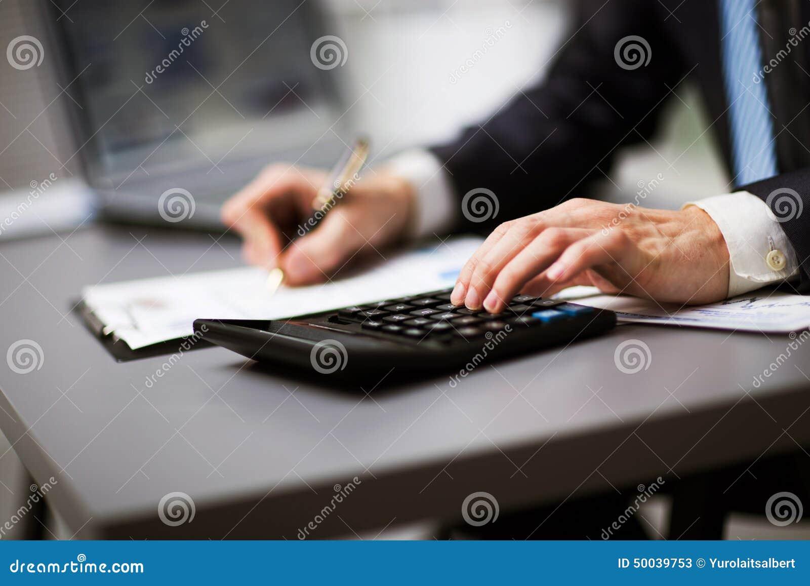 Homme faisant sa comptabilité