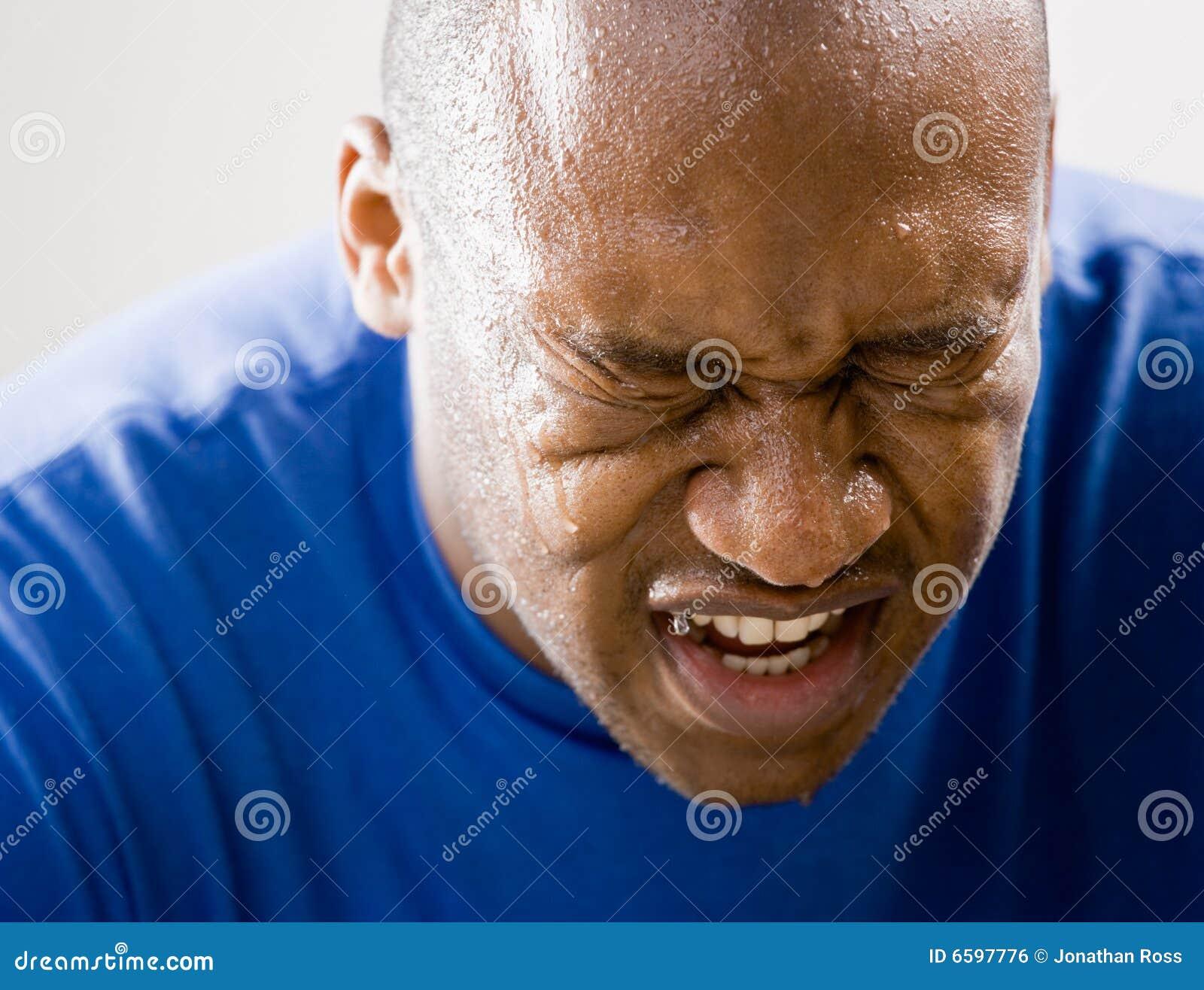 Homme fatigué grimaçant